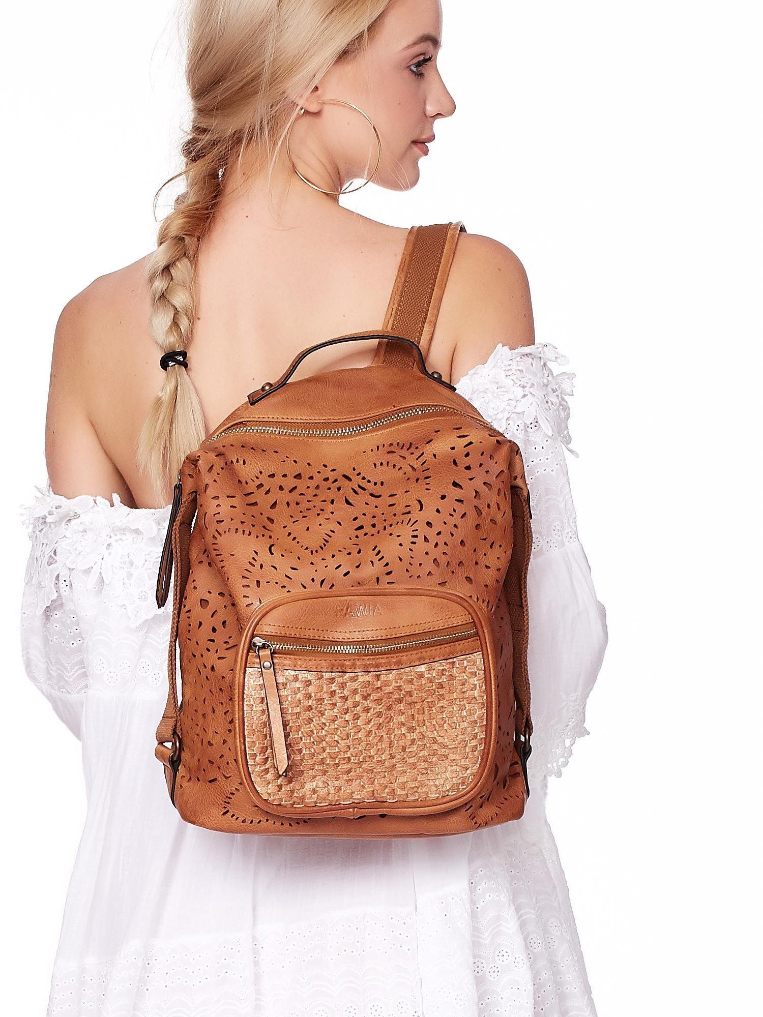 19079db89dcb1 Brązowy plecak damski z eko skóry z ażurowaniem i plecionką ...