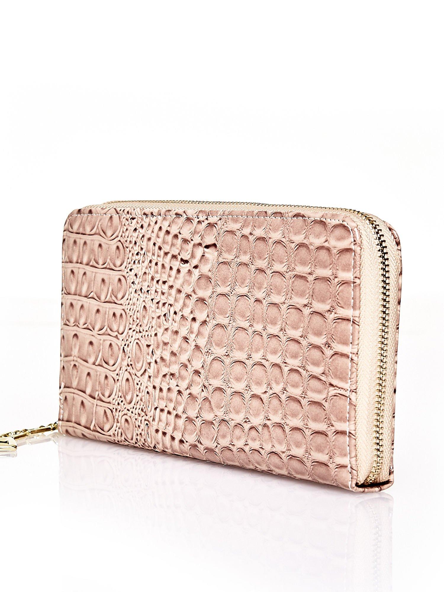 Brązowy portfel kopertówka z motywem skóry krokodyla                                  zdj.                                  2