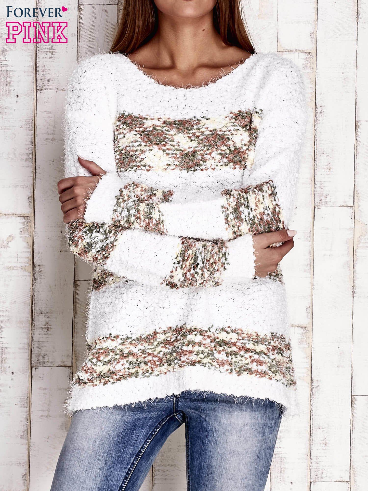 Brązowy puszysty sweter w kolorowe pasy                                  zdj.                                  1