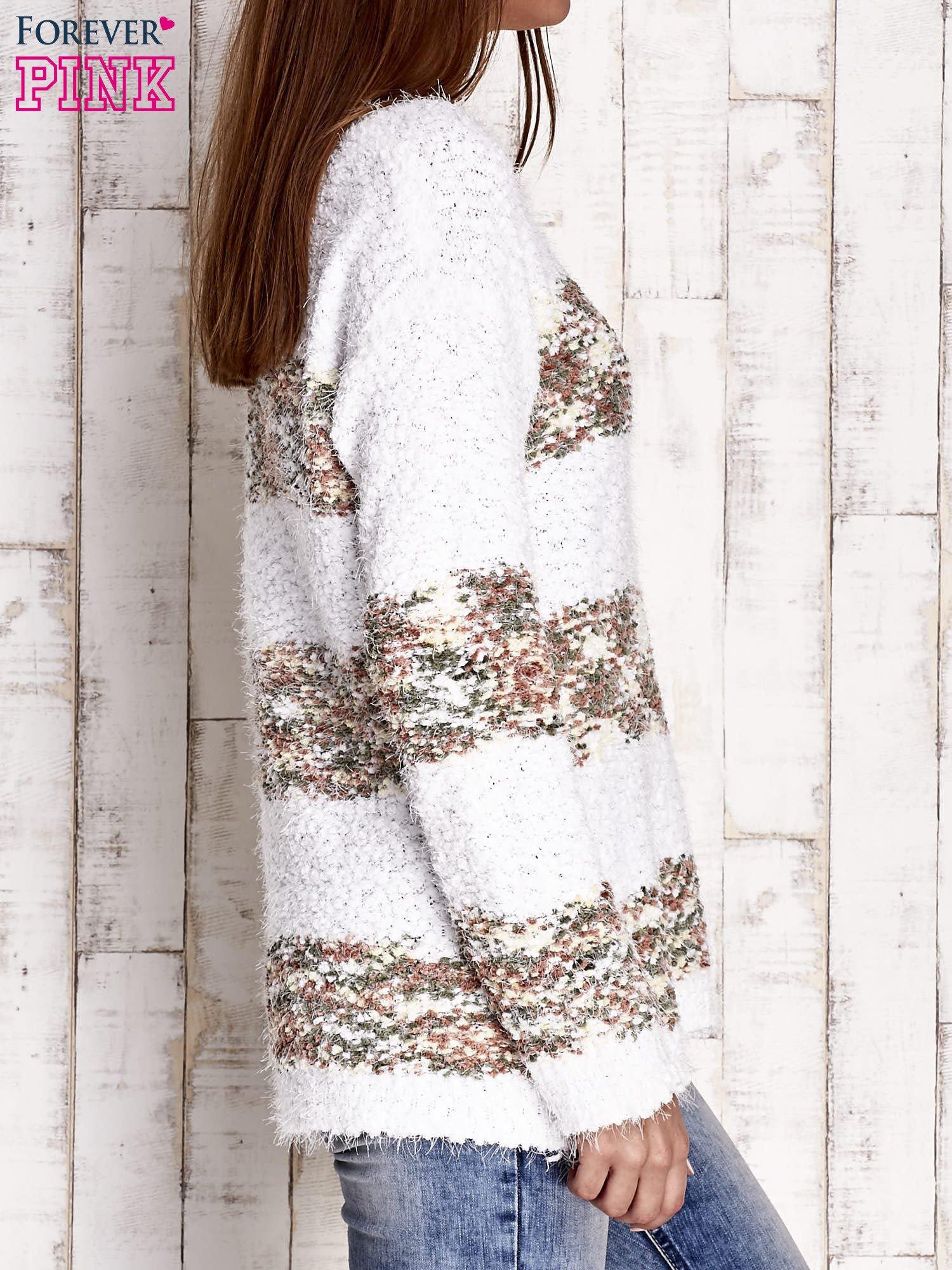 Brązowy puszysty sweter w kolorowe pasy                                  zdj.                                  3