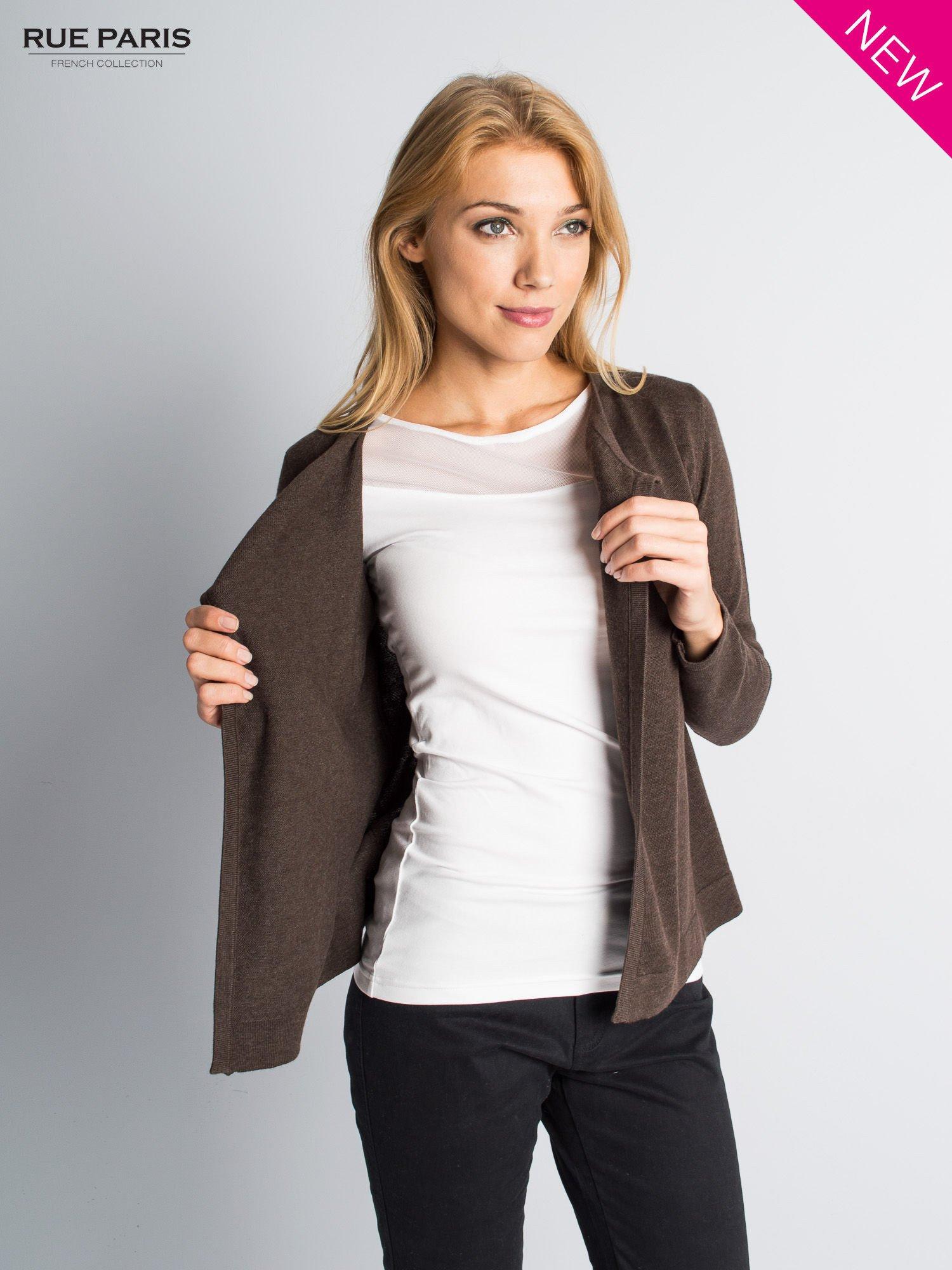 Brązowy sweter narzutka z kaskadowymi bokami                                  zdj.                                  3