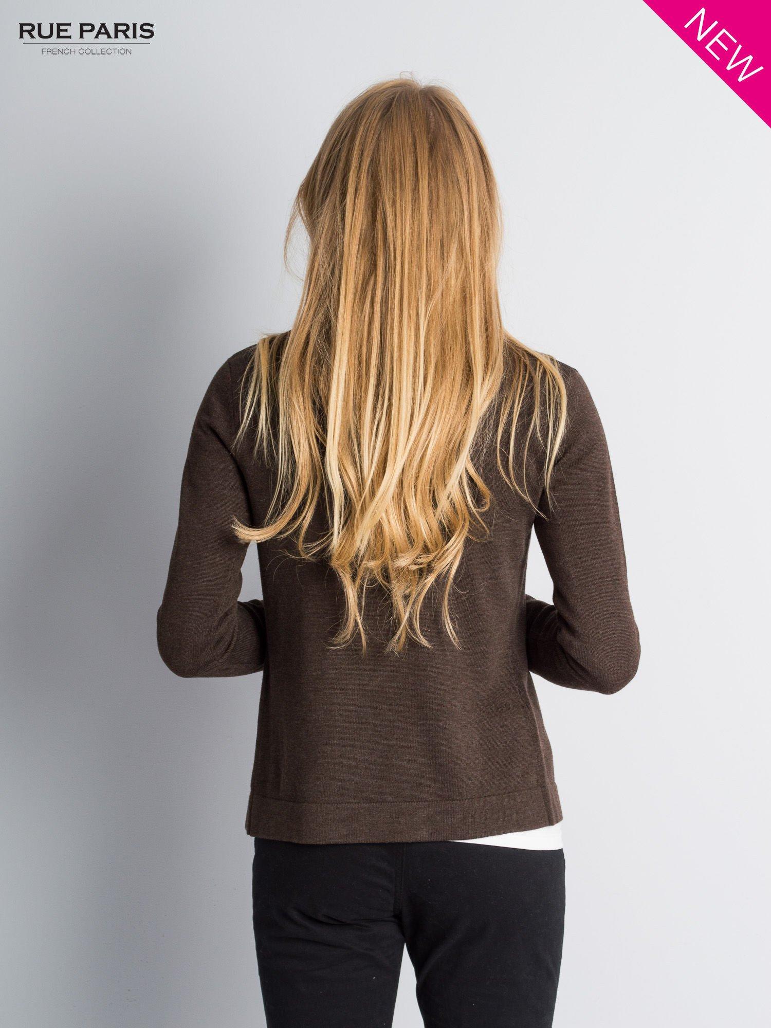 Brązowy sweter narzutka z kaskadowymi bokami                                  zdj.                                  6