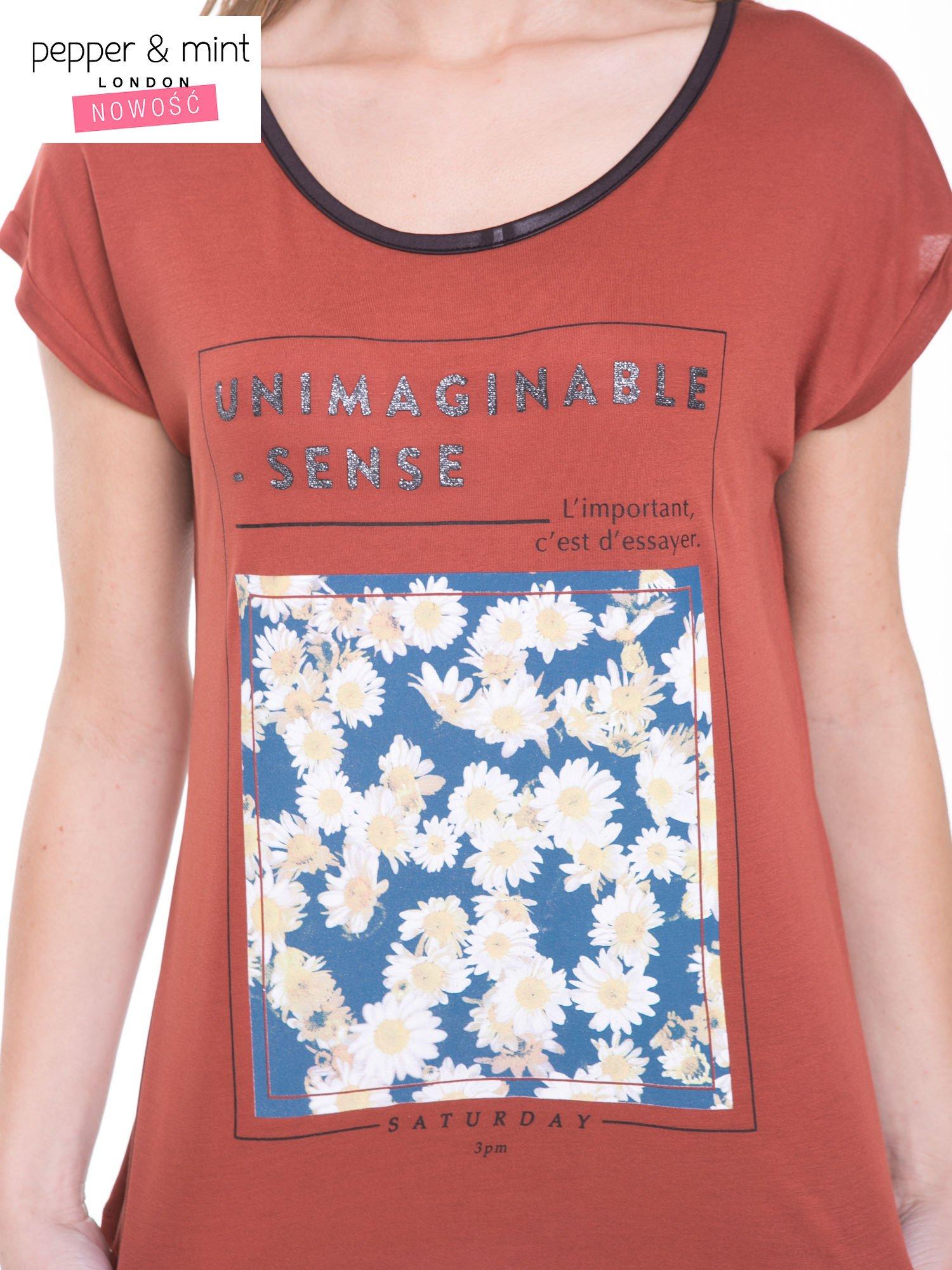Brązowy t-shirt z kwiatowym nadrukiem i napisem UNIMAGINABLE SENSE                                  zdj.                                  6