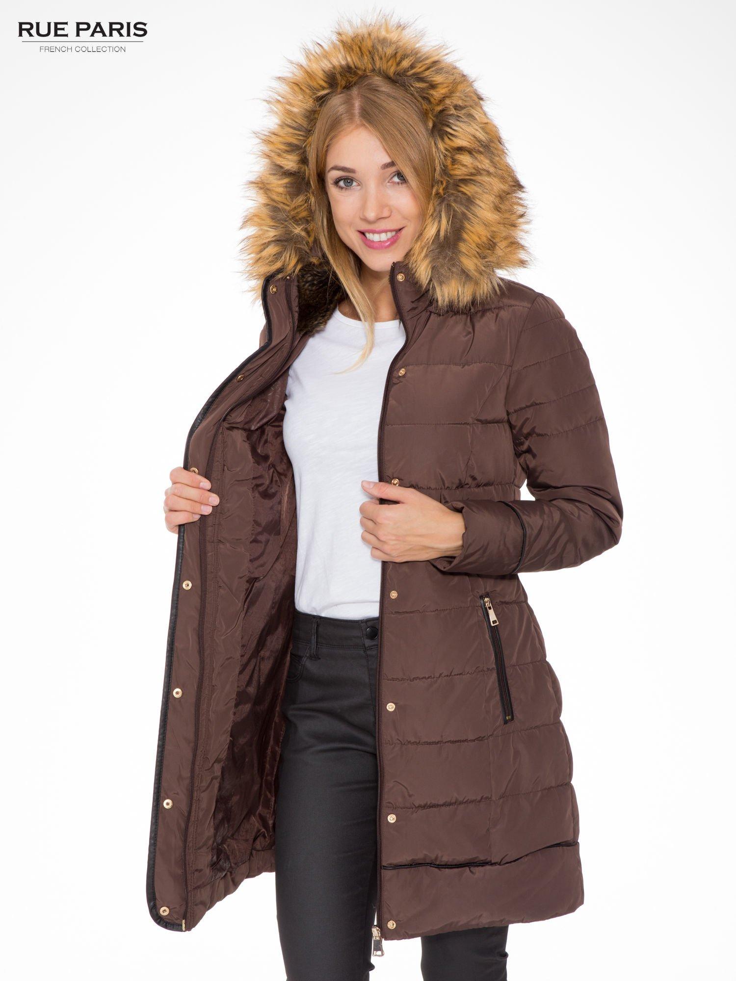 Brązowy taliowany płaszcz puchowy z kapturem z futerkiem                                  zdj.                                  5