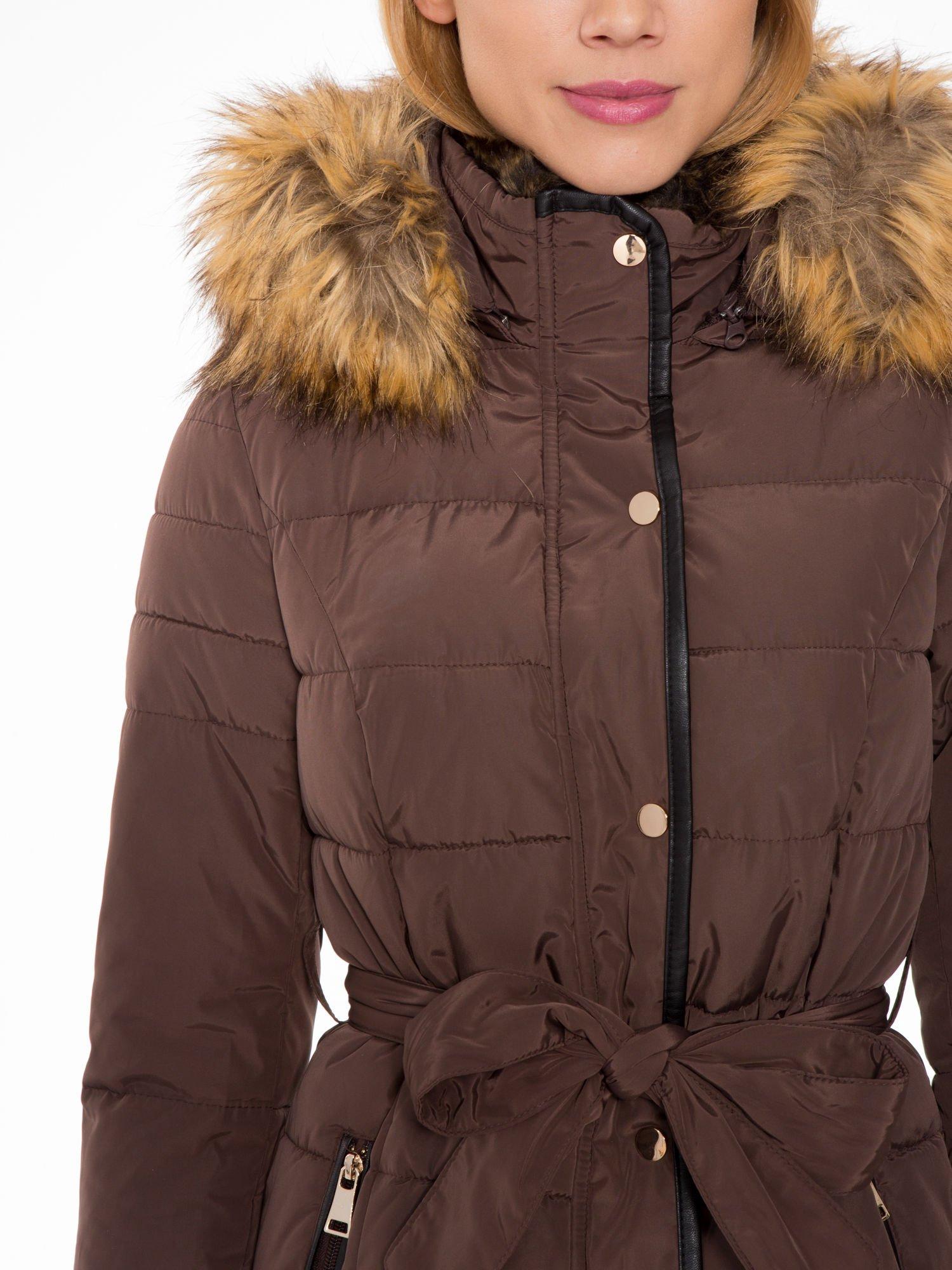 Brązowy taliowany płaszcz puchowy z kapturem z futerkiem                                  zdj.                                  7