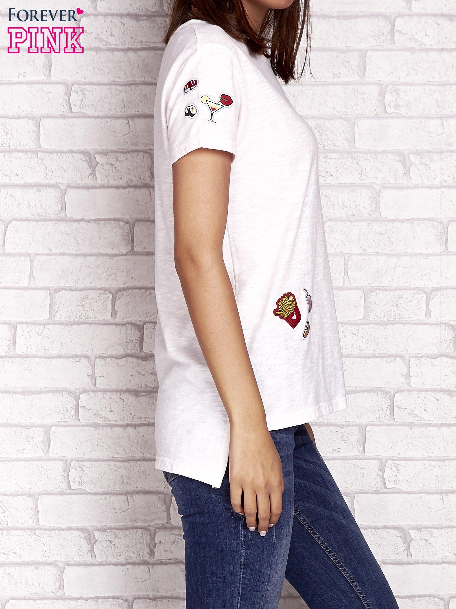 Brzoskwiniowy t-shirt z kolorowymi naszywkami                                  zdj.                                  3