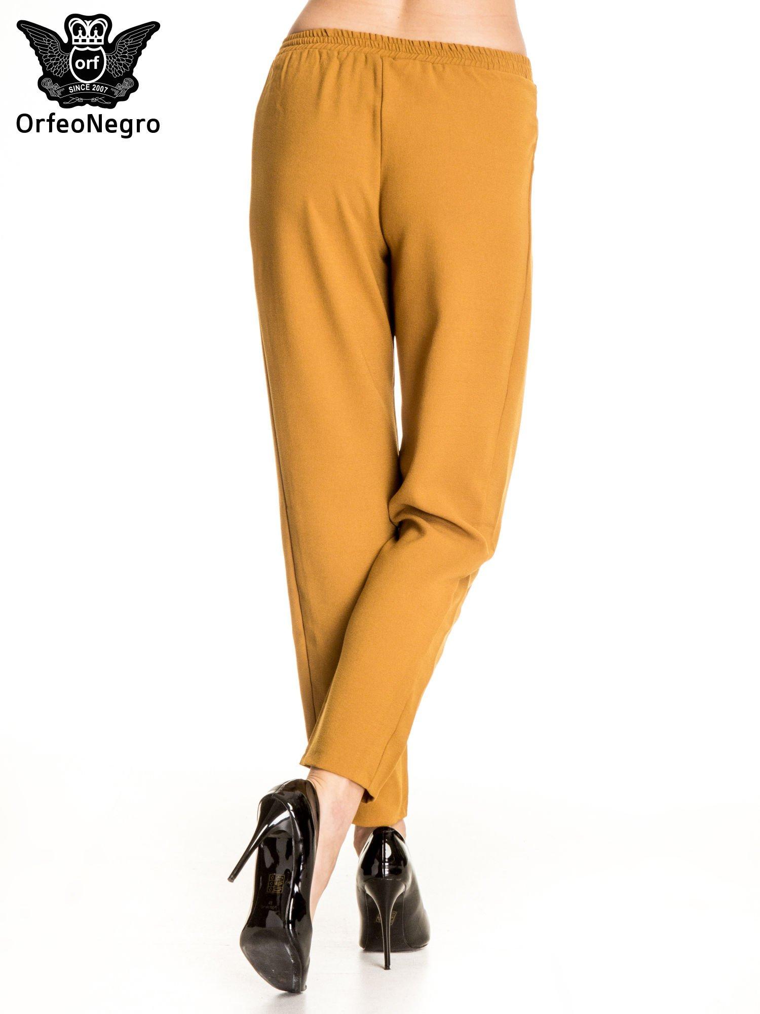 Camelowe spodnie materiałowe ze skórzaną wstawką                                   zdj.                                  4