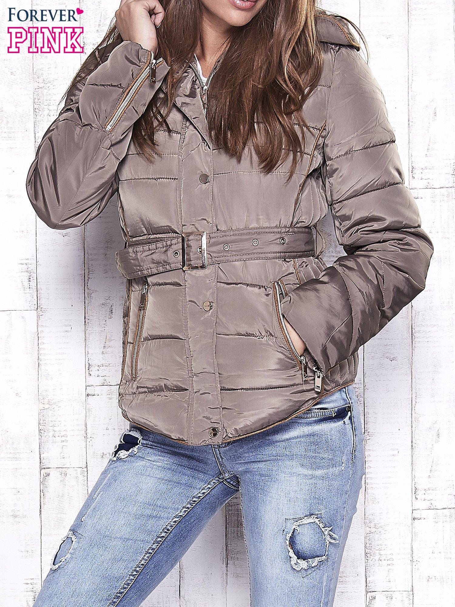 04204e9a7bc3fb Ciemnobeżowa zimowa kurtka z futrzanym kapturem i paskiem - Kurtka ...