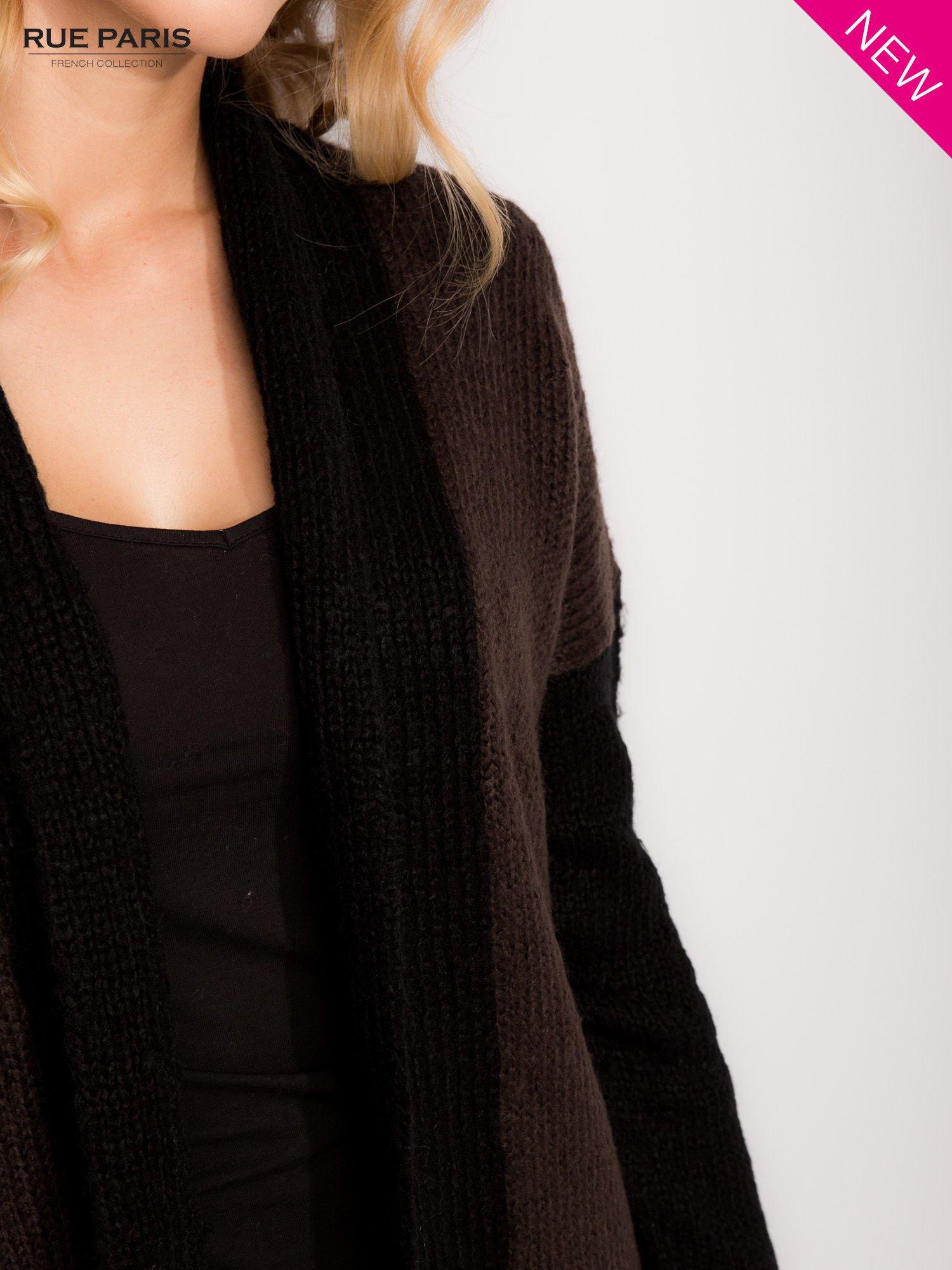 Ciemnobrązowy sweter z kontrastowym pasem i rękawami                                  zdj.                                  6