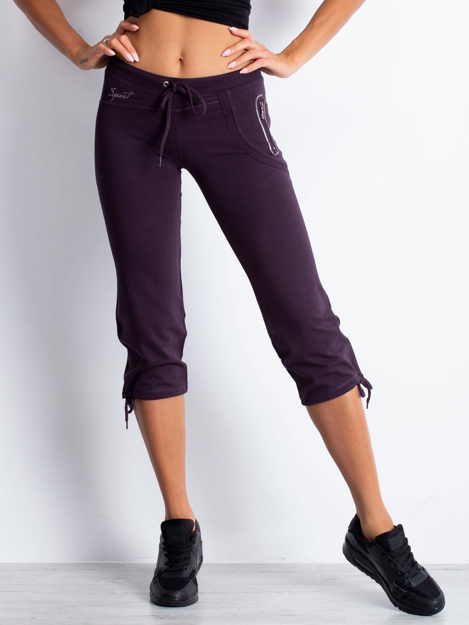 Ciemnofioletowe spodnie dresowe capri z boczną kieszonką                                  zdj.                                  4