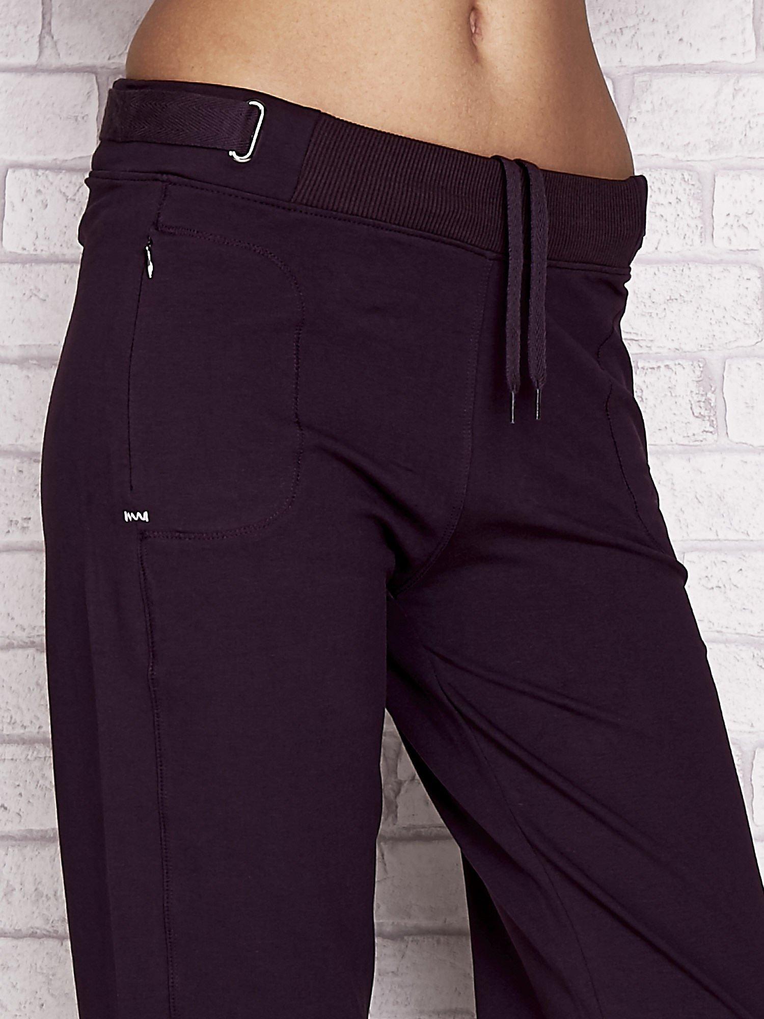 Ciemnofioletowe spodnie dresowe capri z wszytymi kieszeniami                                  zdj.                                  4