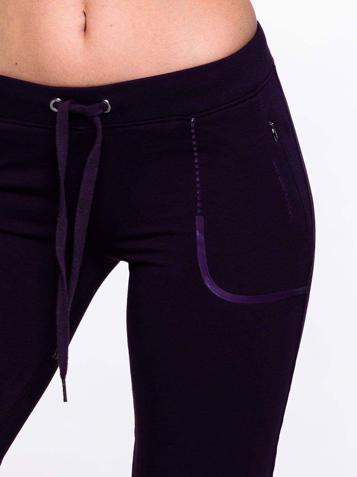 Ciemnofioletowe spodnie dresowe ze skórzaną lamówką                                  zdj.                                  5