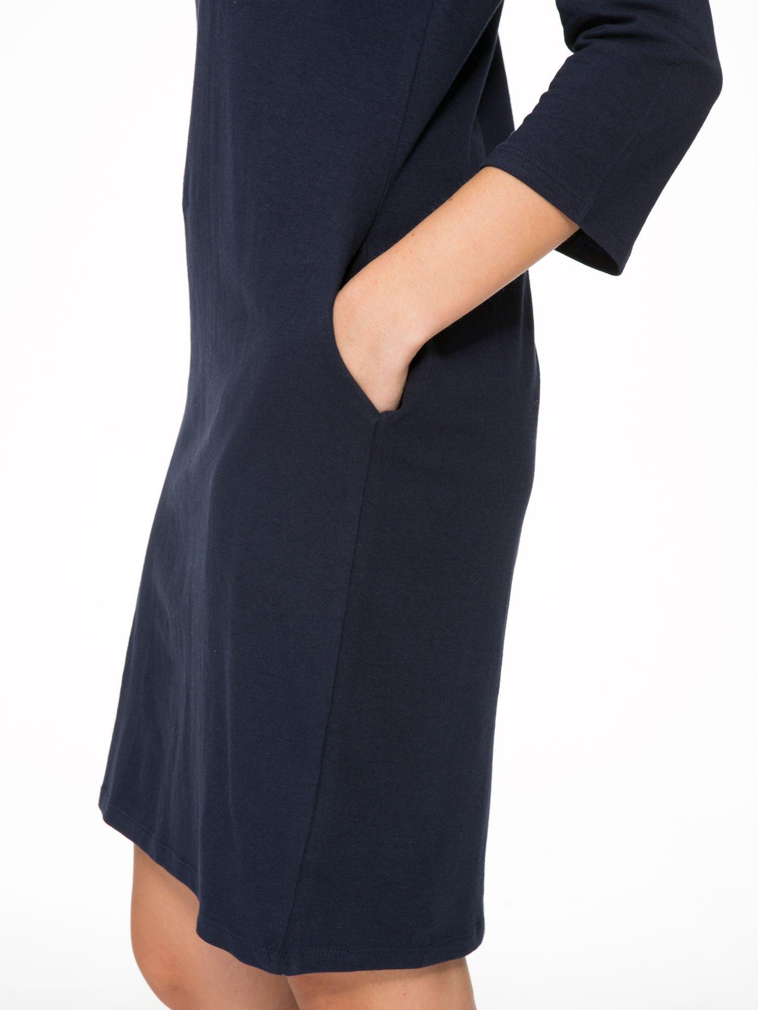 Ciemnogranatowa dresowa sukienka z kieszeniami po bokach                                  zdj.                                  10
