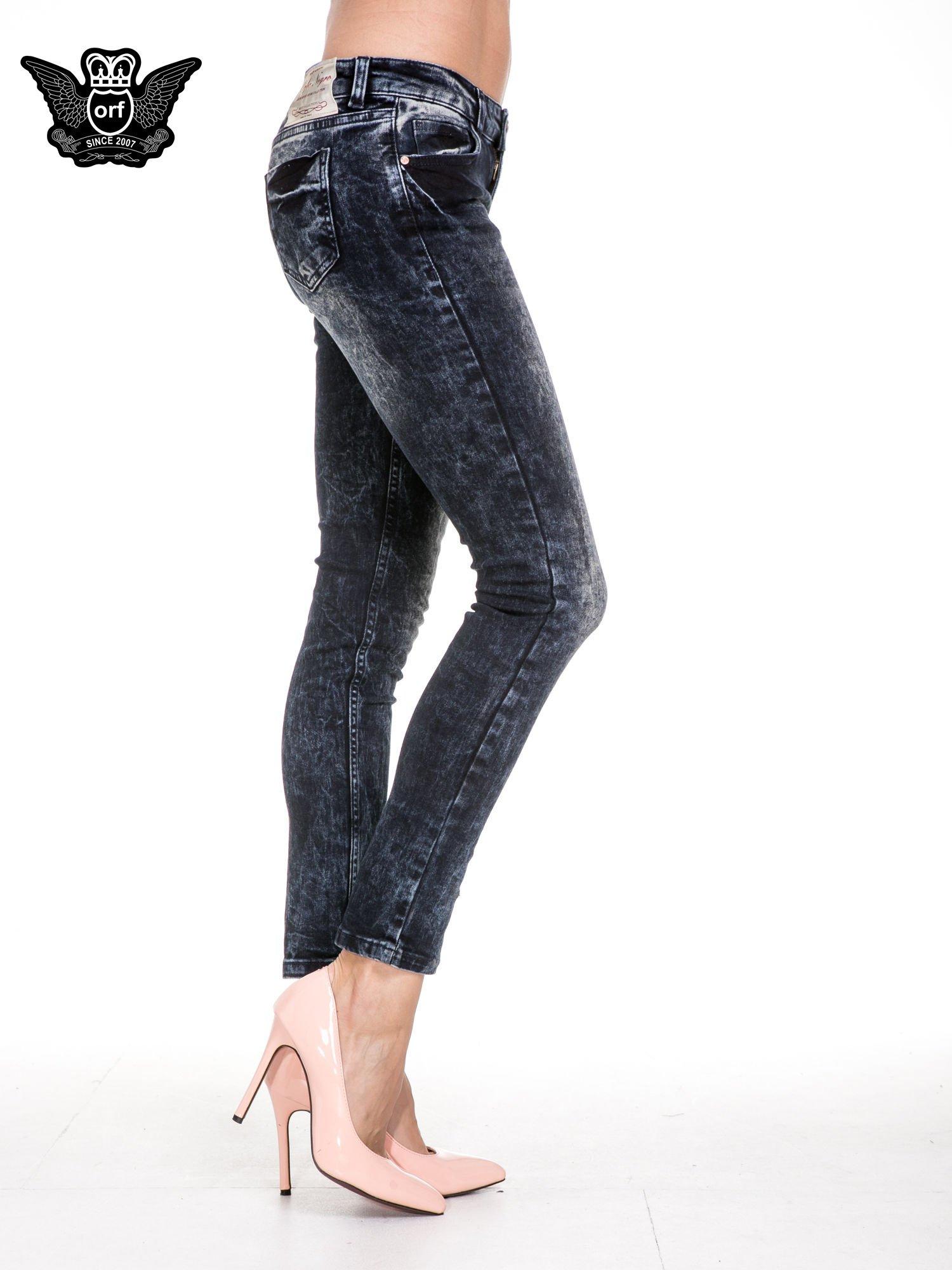 Ciemnogranatowe dekatyzowane spodnie skinny jeans                                  zdj.                                  3