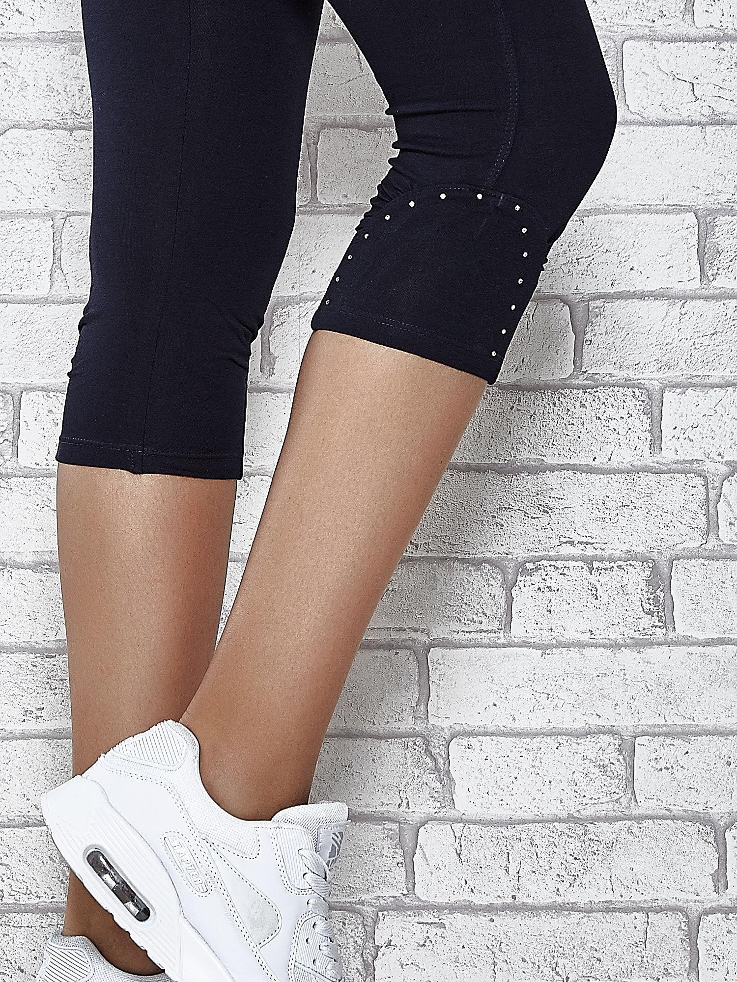 Ciemnogranatowe legginsy sportowe z dżetami i marszczoną nogawką za kolano                                  zdj.                                  6
