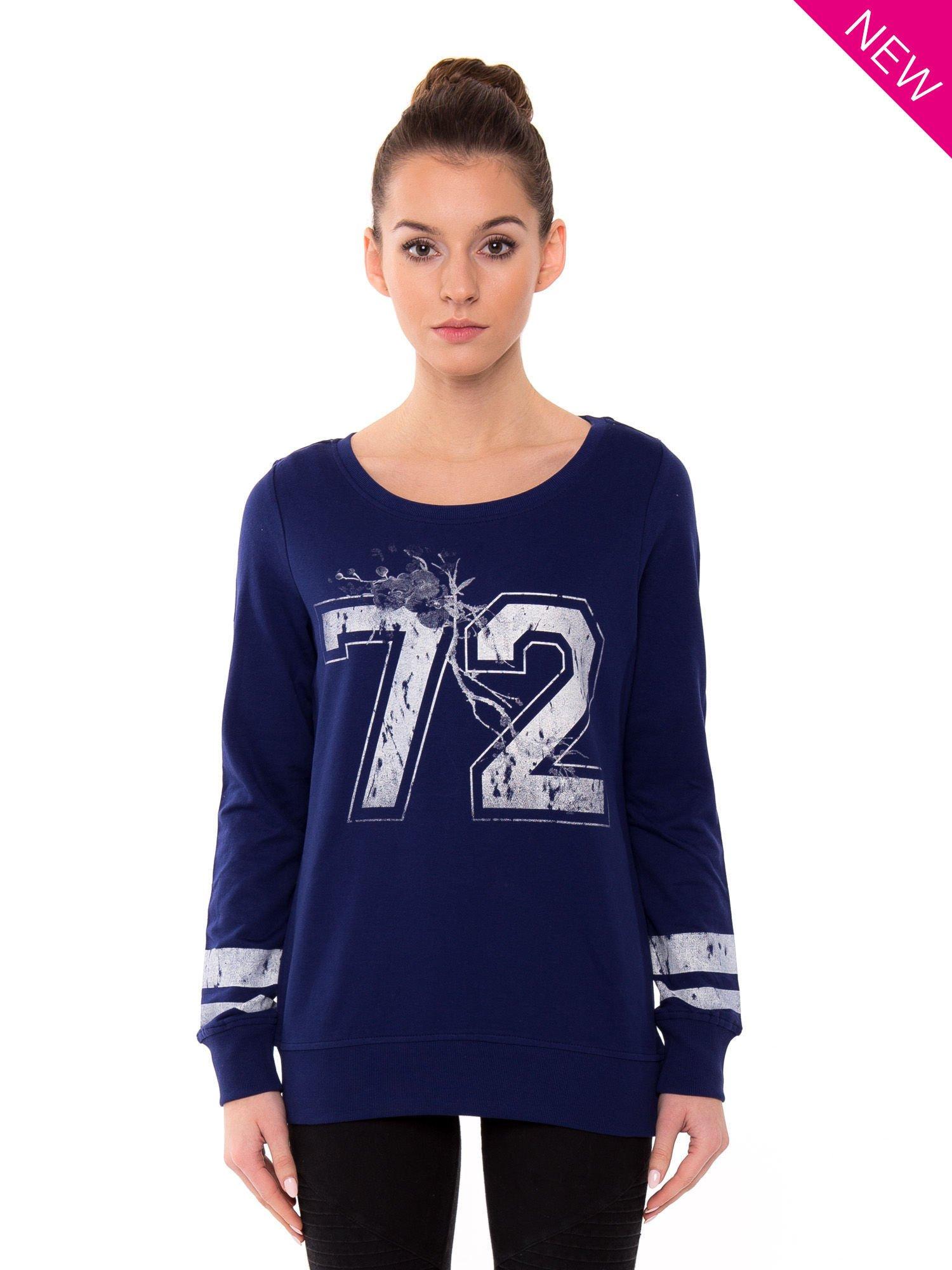 Ciemnoniebieska bluza z numerem w stylu collage                                  zdj.                                  1