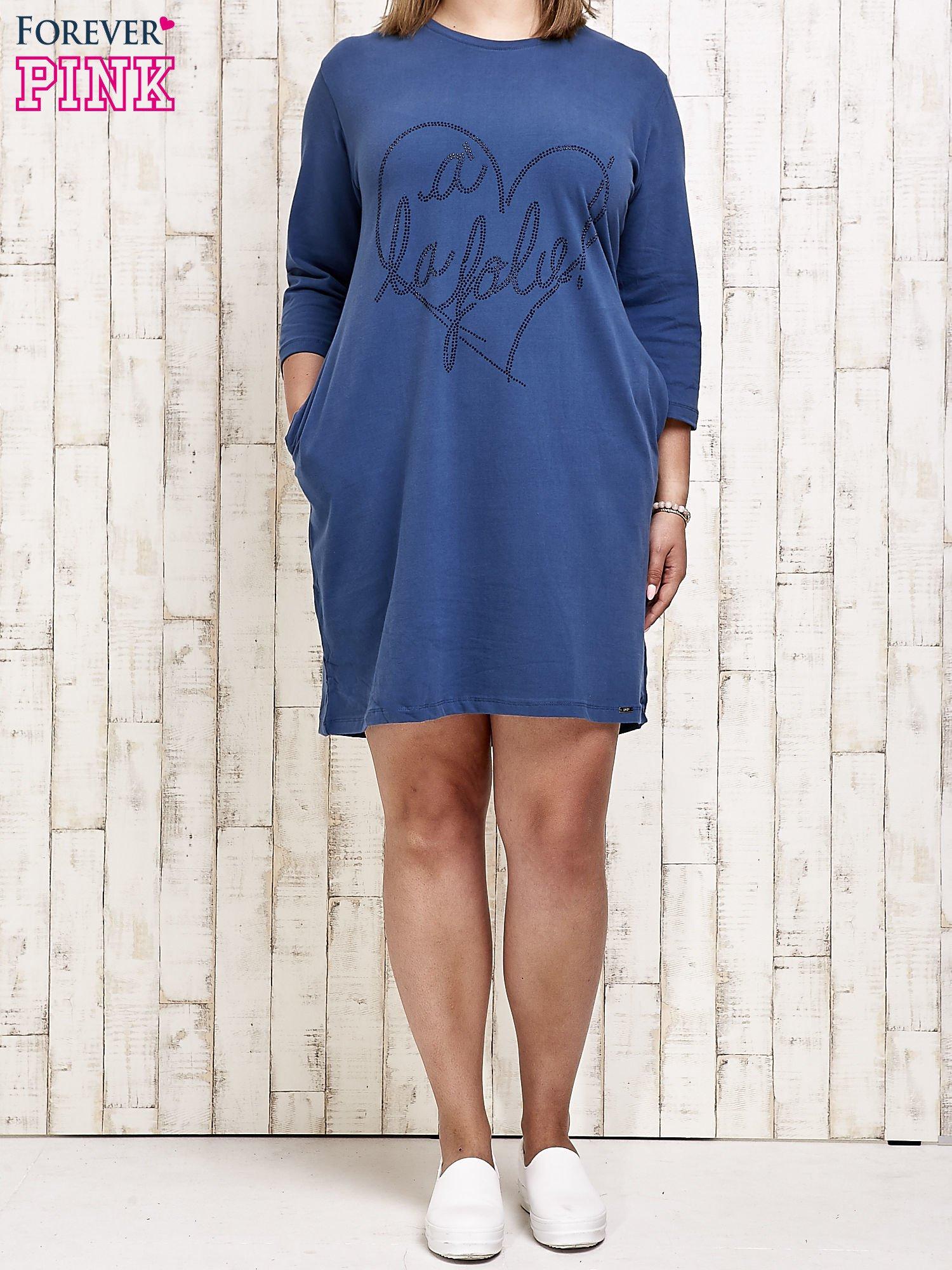 Ciemnoniebieska sukienka dresowa z dżetami PLUS SIZE                                  zdj.                                  2