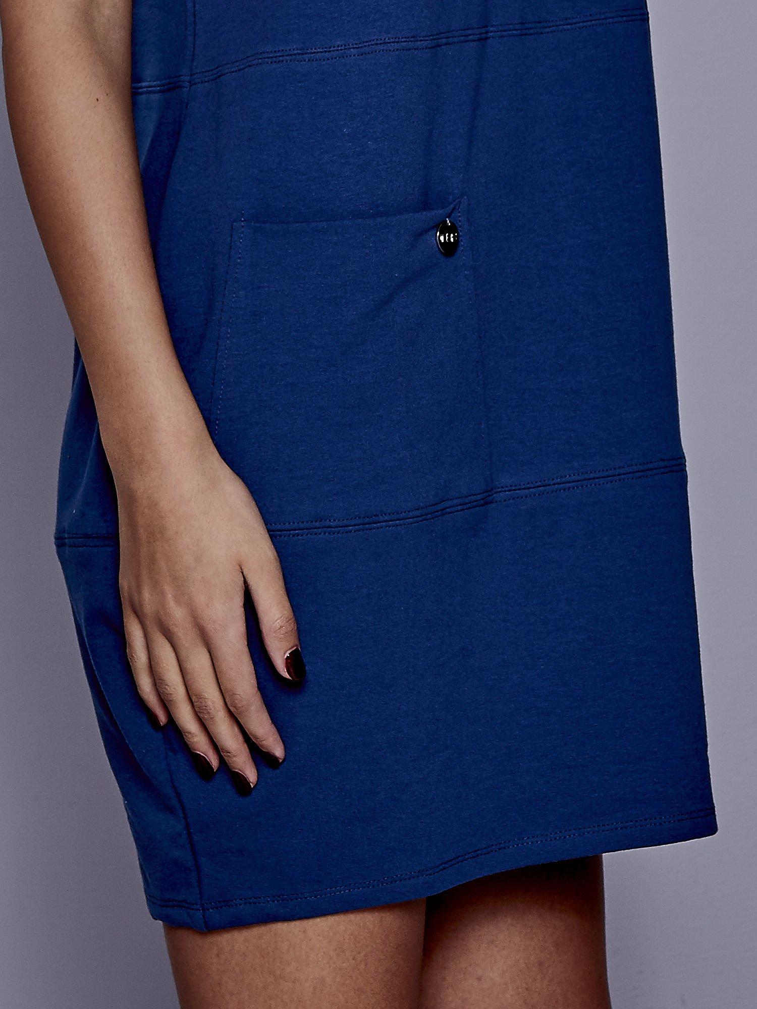 Ciemnoniebieska sukienka dresowa z kieszenią z boku                                  zdj.                                  4