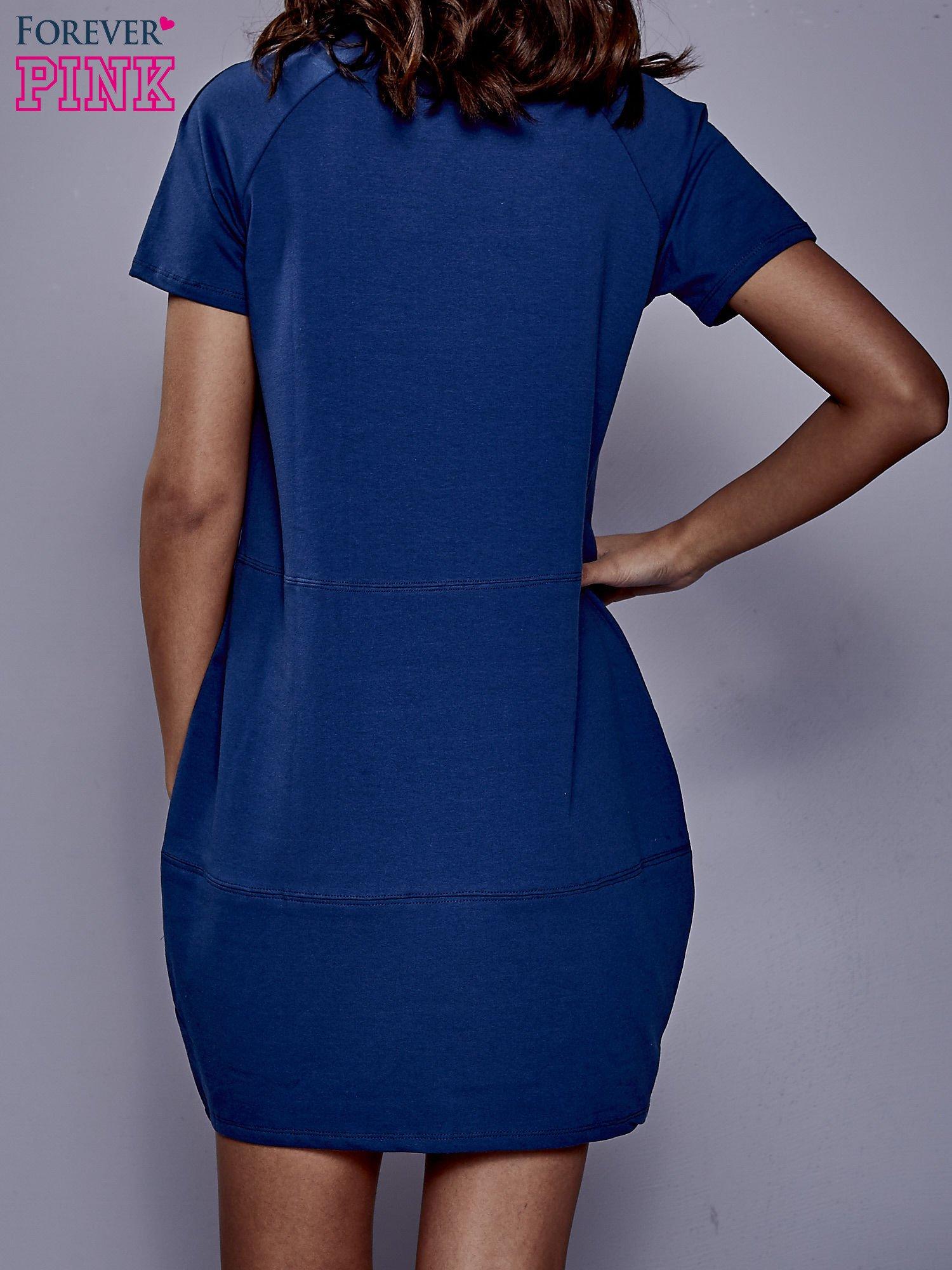Ciemnoniebieska sukienka dresowa z kieszenią z boku                                  zdj.                                  5