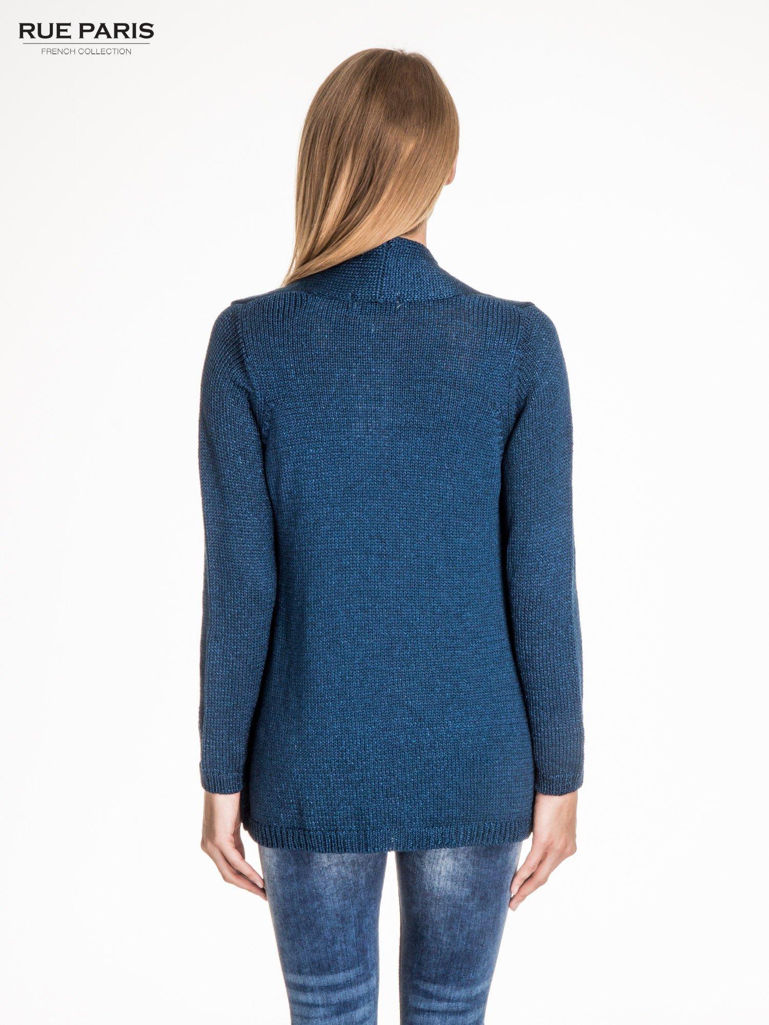 Ciemnoniebieski otwarty sweter z błyszczącą nitką                                  zdj.                                  4