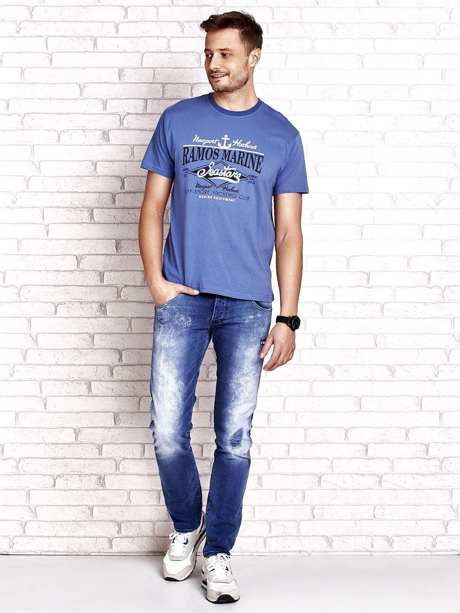 Ciemnoniebieski t-shirt męski z napisami i kotwicą                                  zdj.                                  4