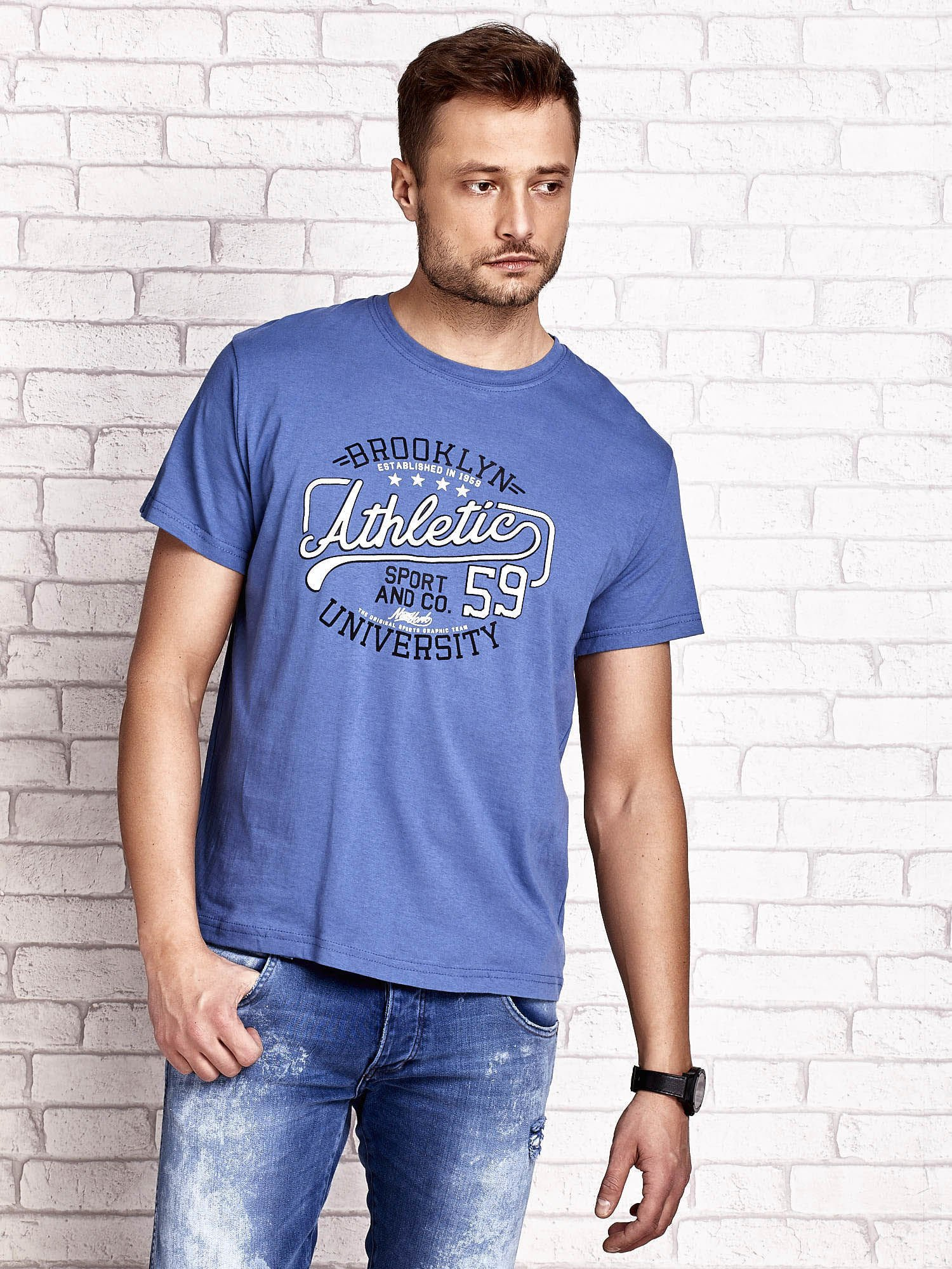 Ciemnoniebieski t-shirt męski z napisem BROOKLYN ATHLETIC UNIVERSITY                                  zdj.                                  2