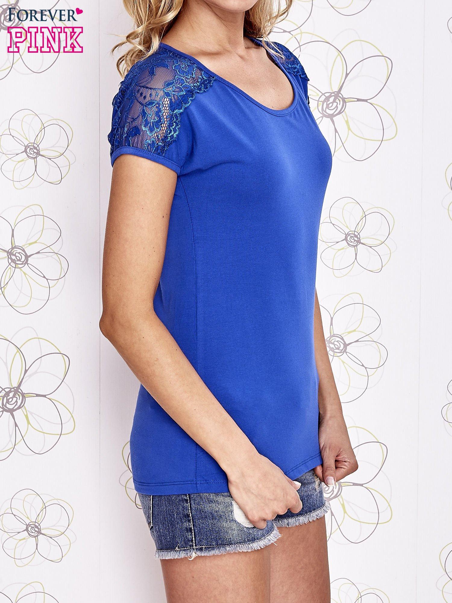 Ciemnoniebieski t-shirt z koronkowym wykończeniem rękawów                                  zdj.                                  3