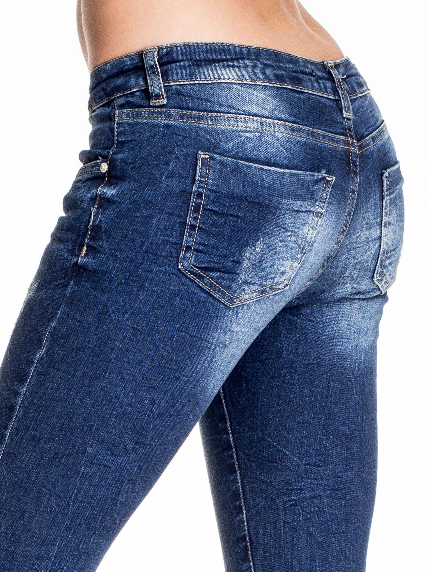 Ciemnoniebieskie gniecione spodnie skinny jeans                                  zdj.                                  6