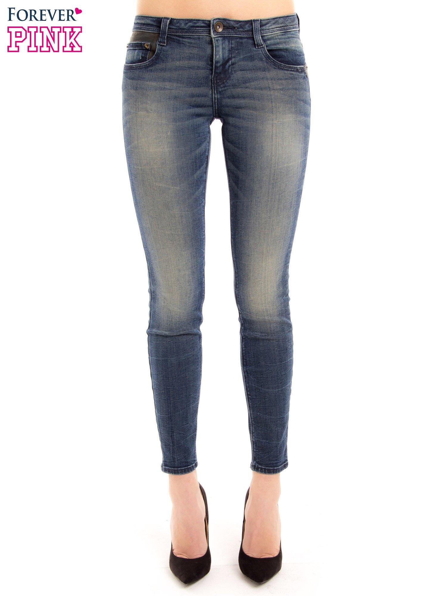 Ciemnoniebieskie jeansy rurki z ozdobną tylną kieszenią ze skóry                                  zdj.                                  1