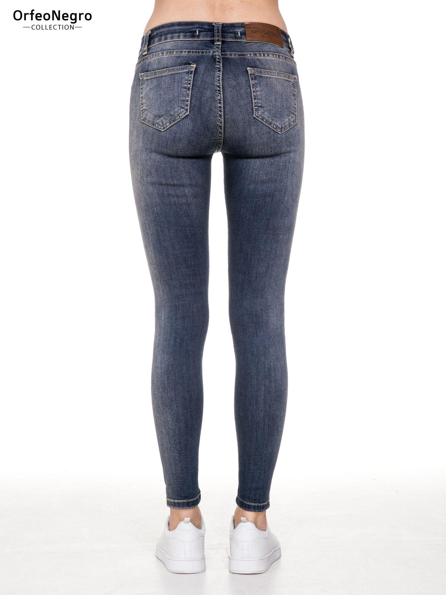 Ciemnoniebieskie rozjaśniane spodnie jeansowe rurki z przetarciami                                  zdj.                                  5