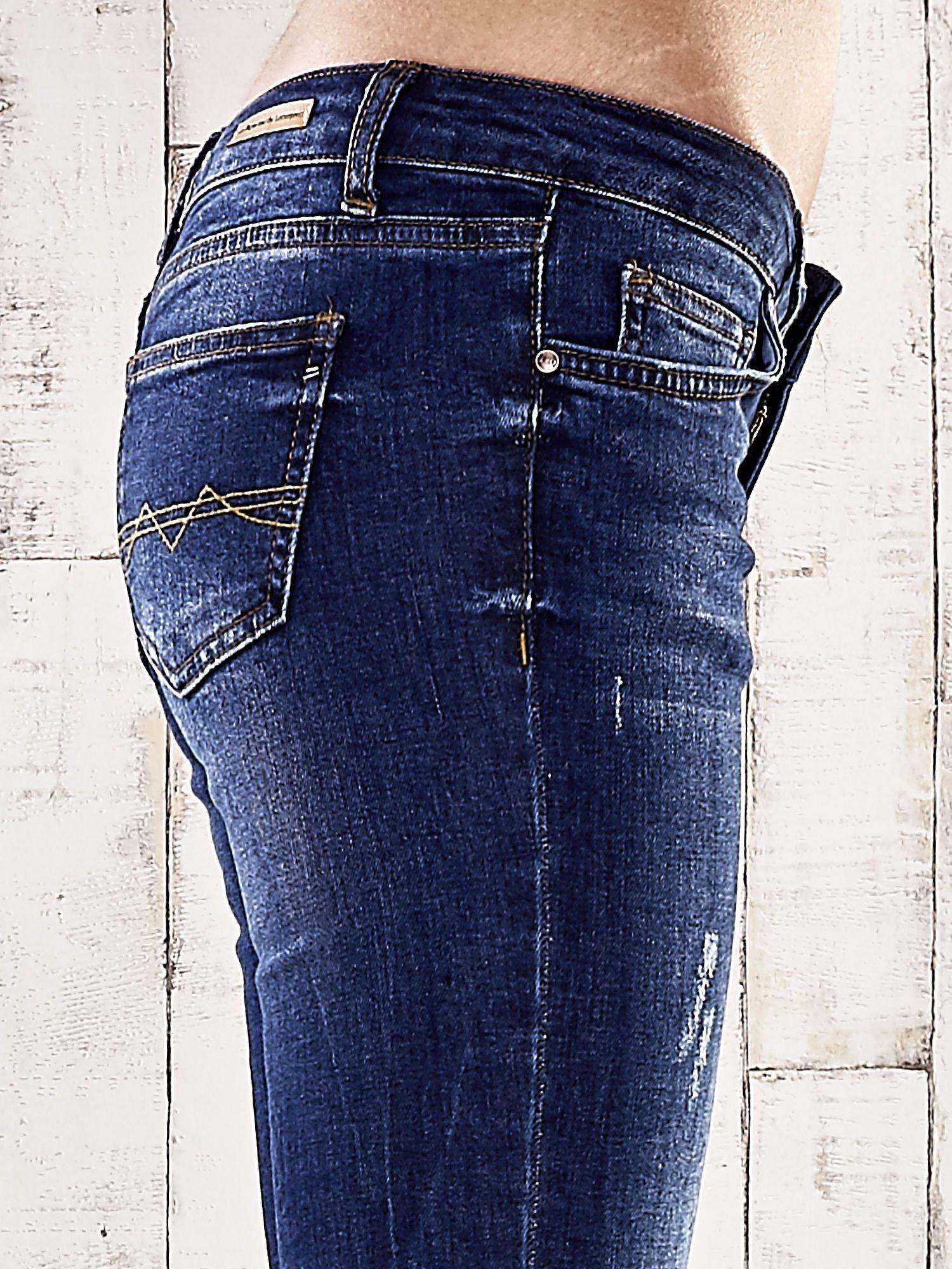 Ciemnoniebieskie spodnie rurki z dżetami                                  zdj.                                  5