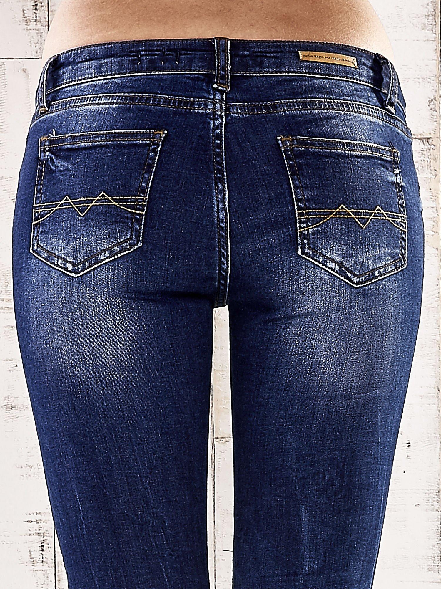 Ciemnoniebieskie spodnie rurki z dżetami                                  zdj.                                  6