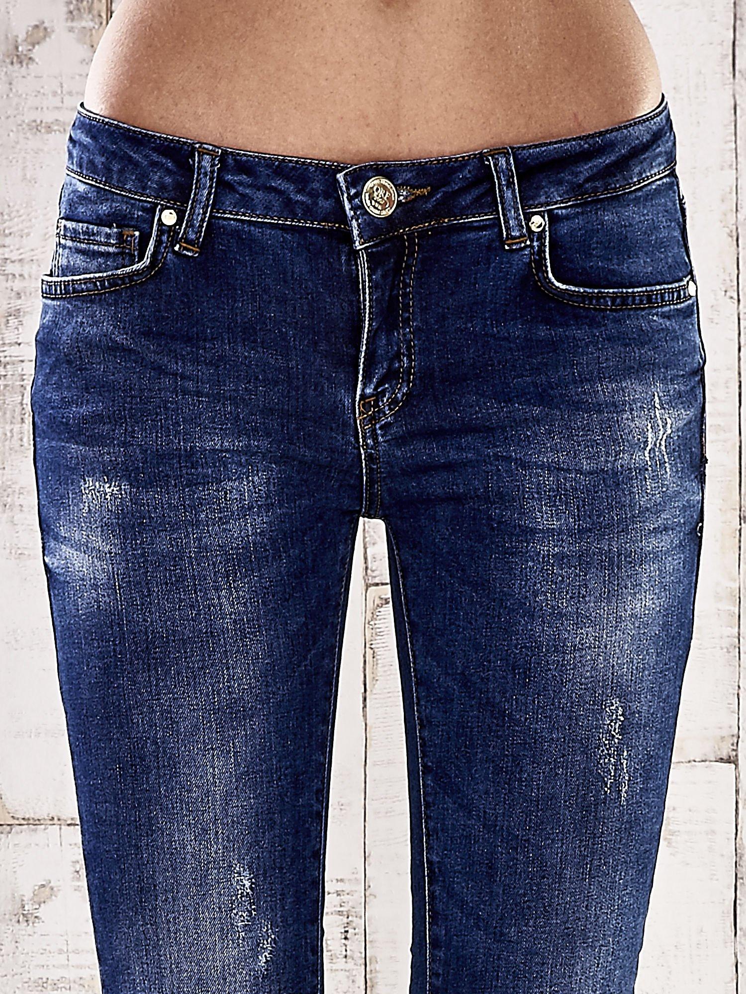 Ciemnoniebieskie spodnie skinny jeans ze złotymi ćwiekami                                  zdj.                                  4