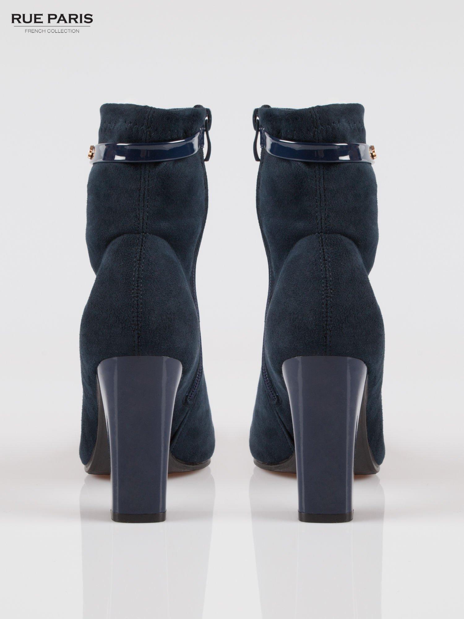 Ciemnoniebieskie zamszowe botki z lakierowanym noskiem w szpic w stylu Chanel                                  zdj.                                  3