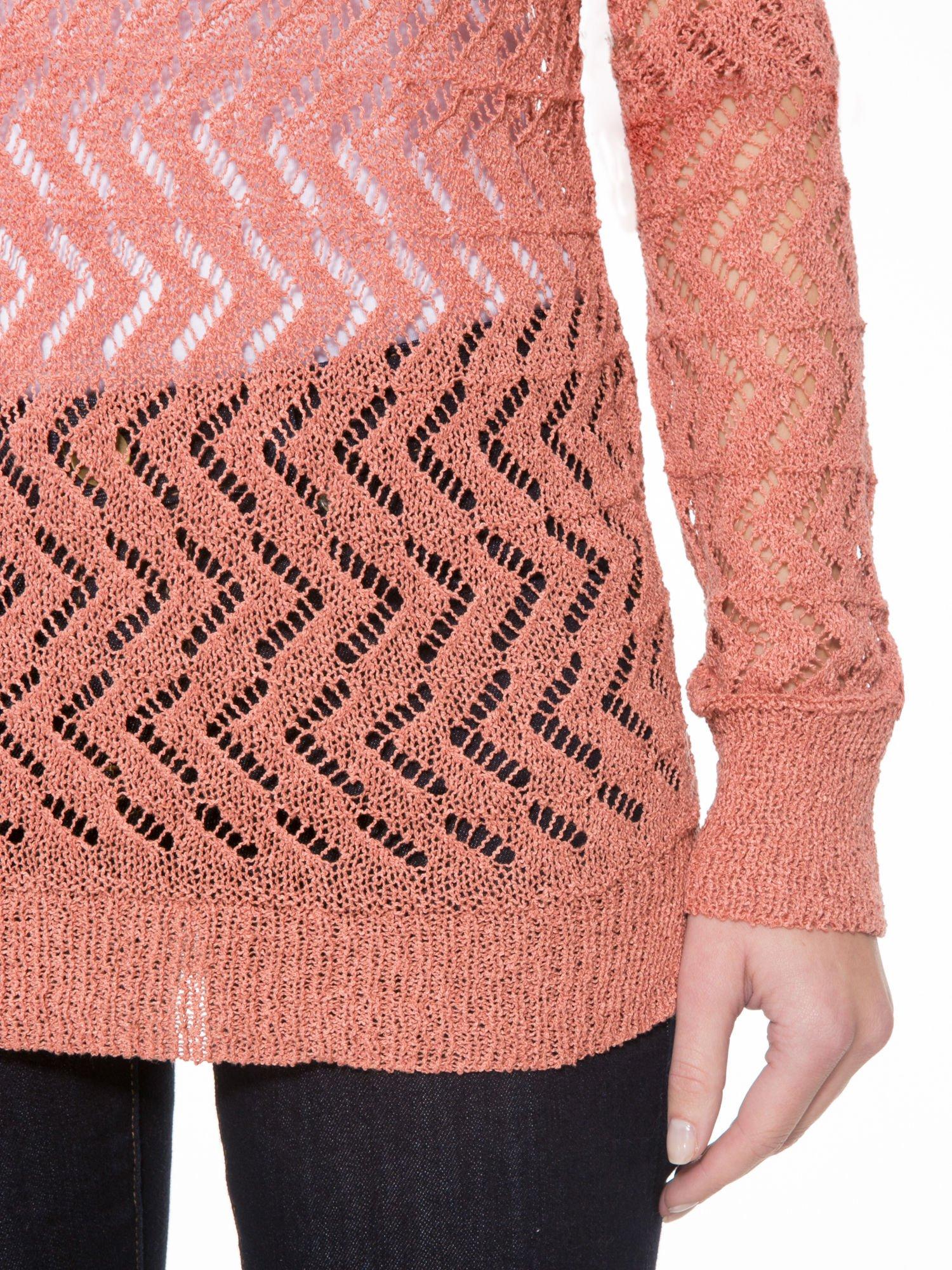 Ciemnoróżowy ażurowy dłuższy sweter                                  zdj.                                  6