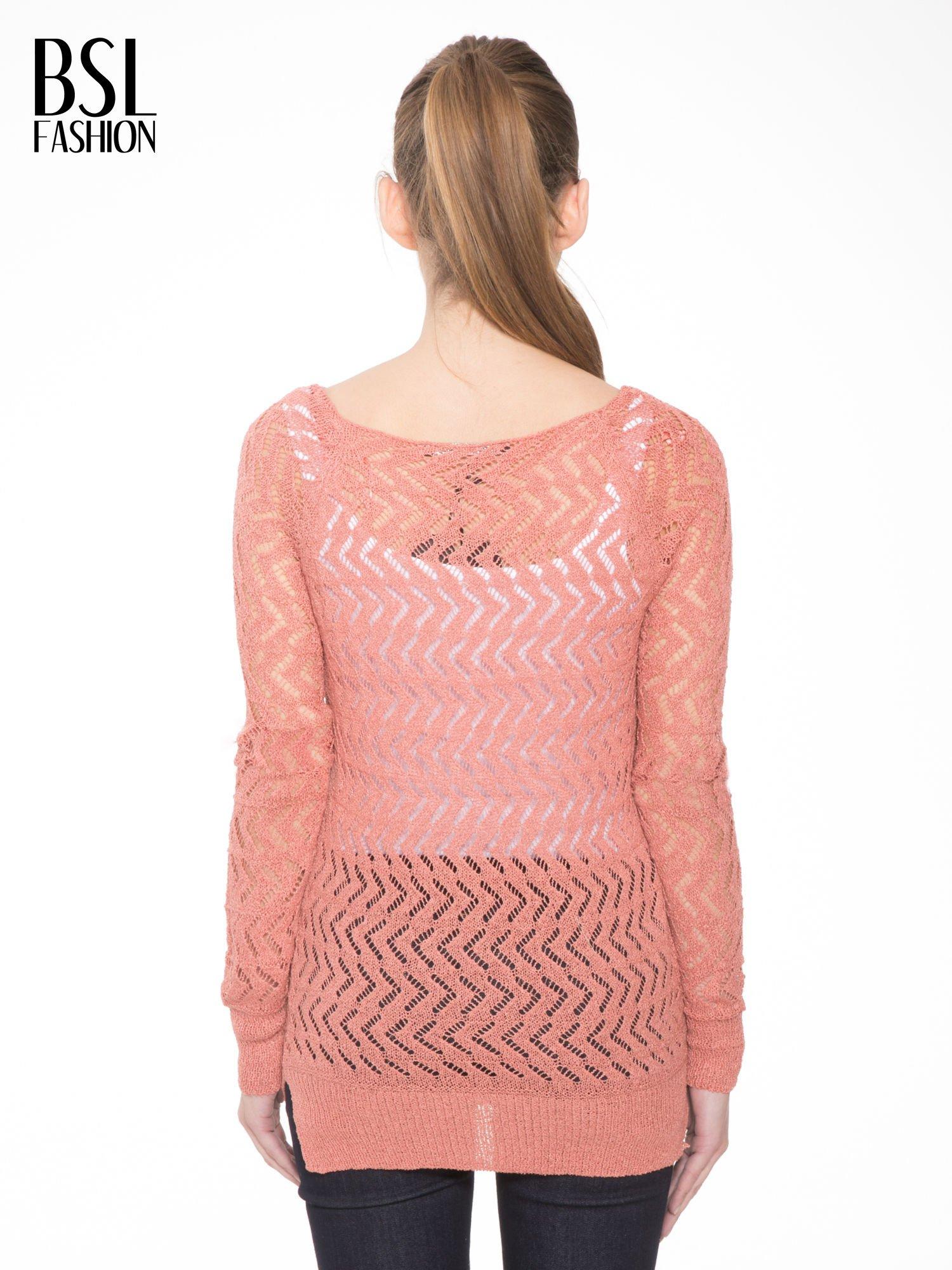 Ciemnoróżowy ażurowy dłuższy sweter                                  zdj.                                  4
