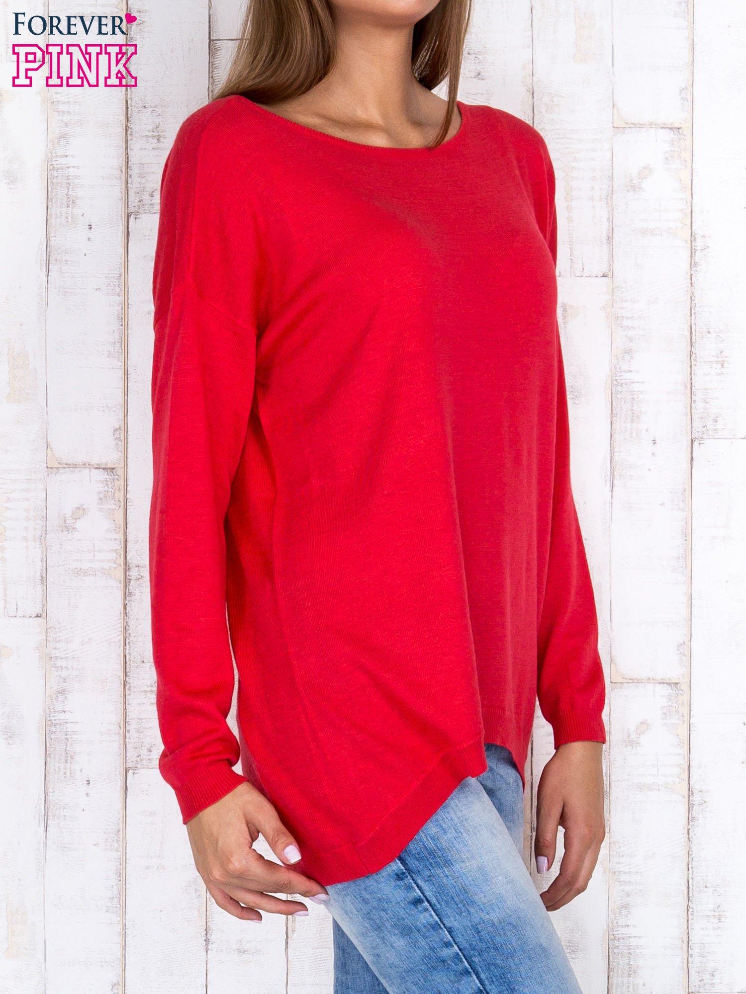 Ciemnoróżowy nietoperzowy sweter oversize z dłuższym tyłem                                  zdj.                                  3