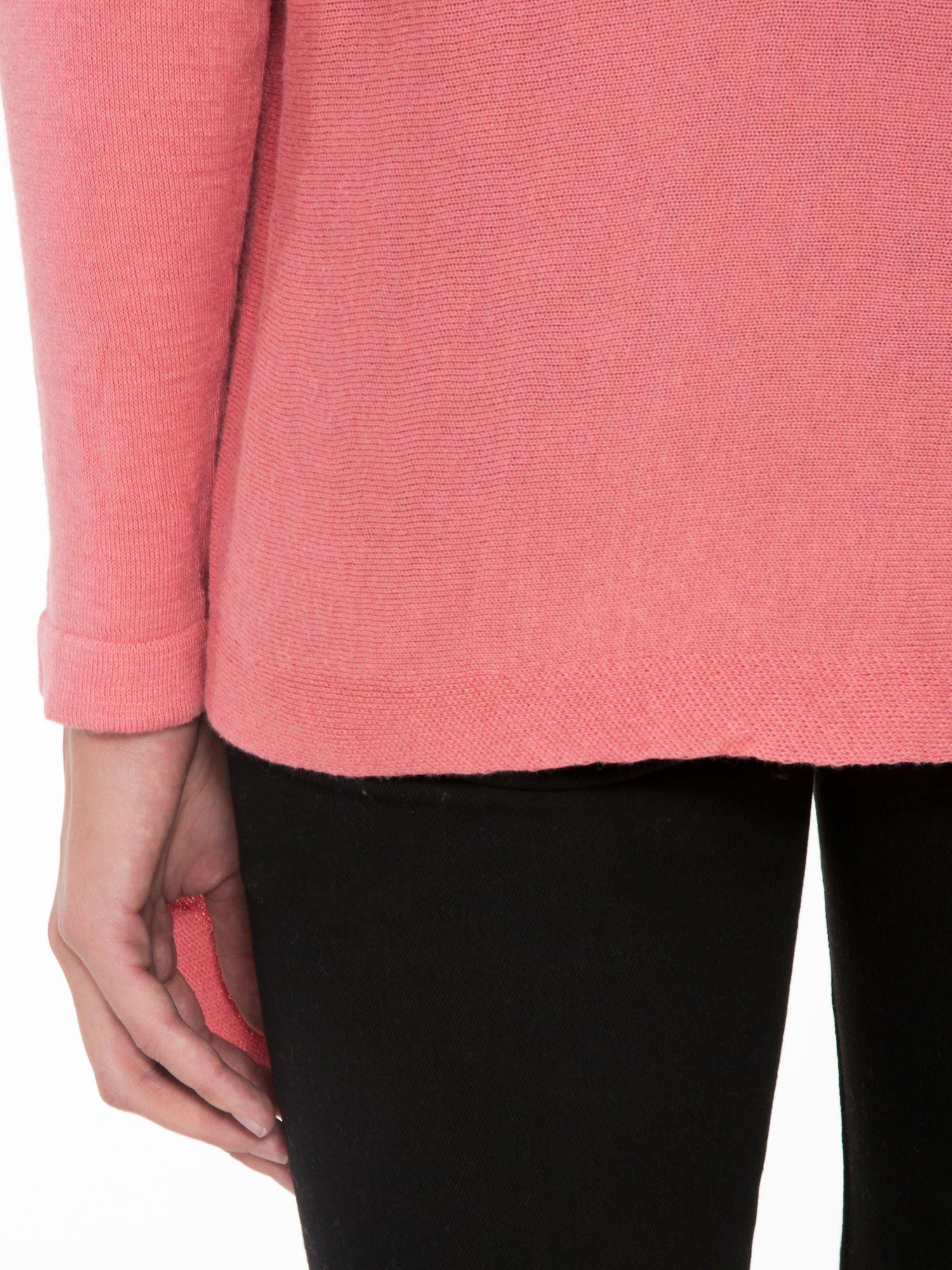 Ciemnoróżowy otwarty sweter z kaskadowymi bokami                                  zdj.                                  5