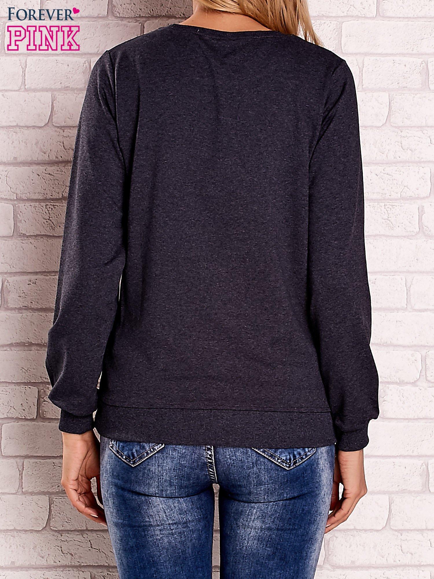 Ciemnoszara bluza z kolorowym nadrukiem                                  zdj.                                  4