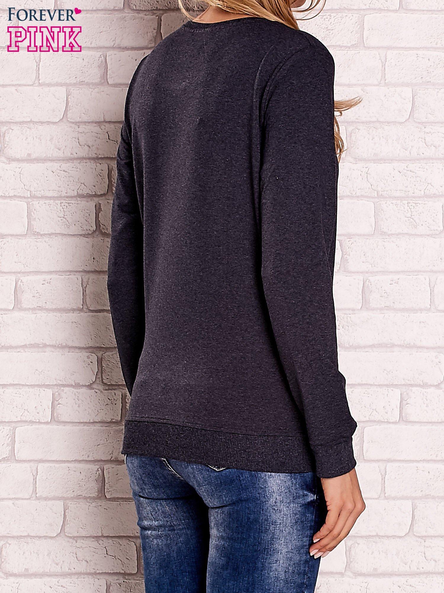 Ciemnoszara bluza z kolorowymi naszywkami                                  zdj.                                  4