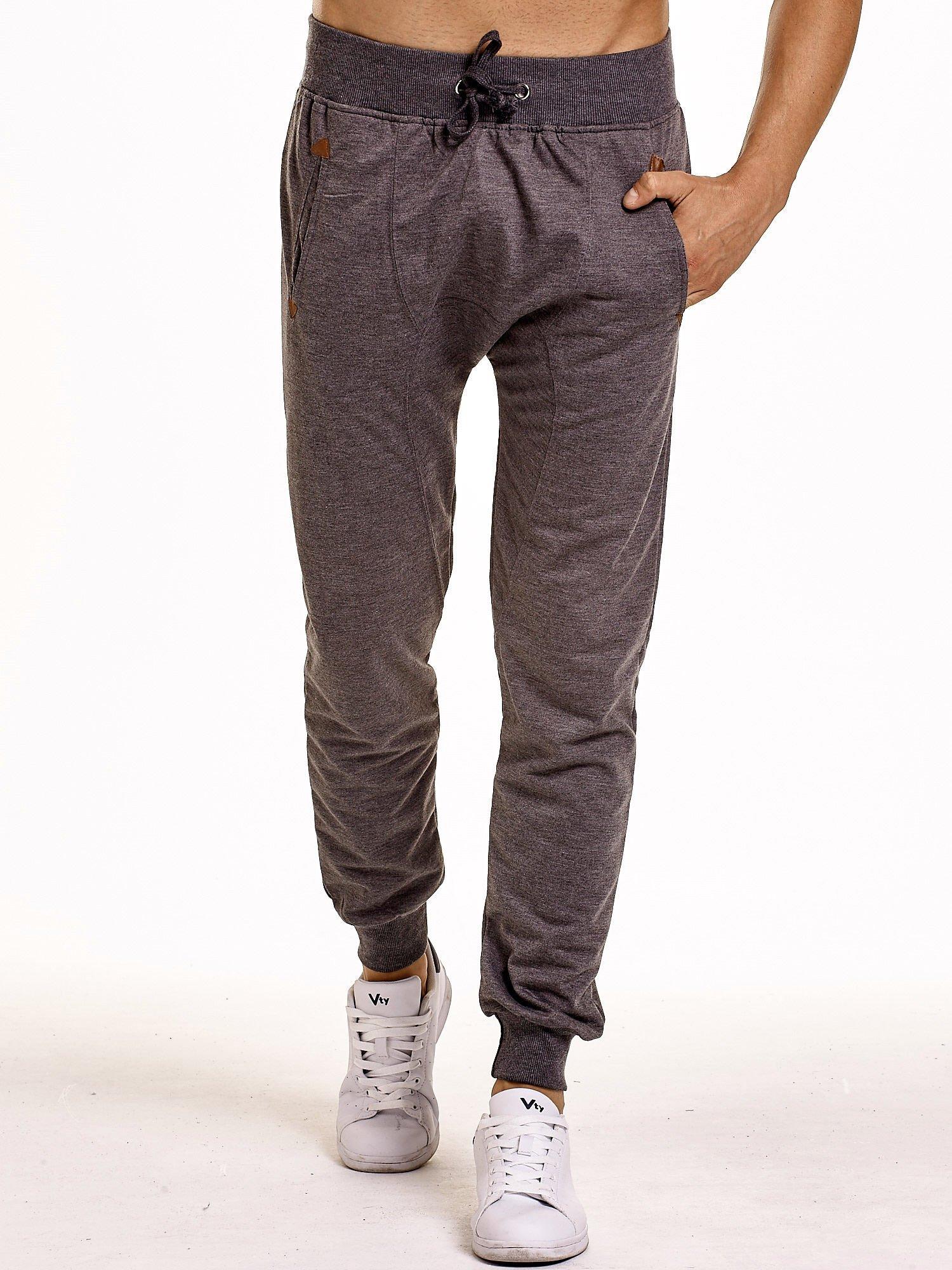 Ciemnoszare gładkie spodnie męskie ze skórzanymi wstawkami                                  zdj.                                  1