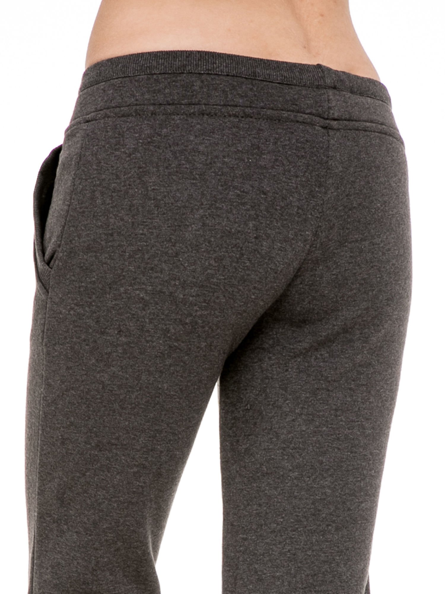 Ciemnoszare spodnie dresowe z guziczkami przy ściągaczu                                  zdj.                                  6