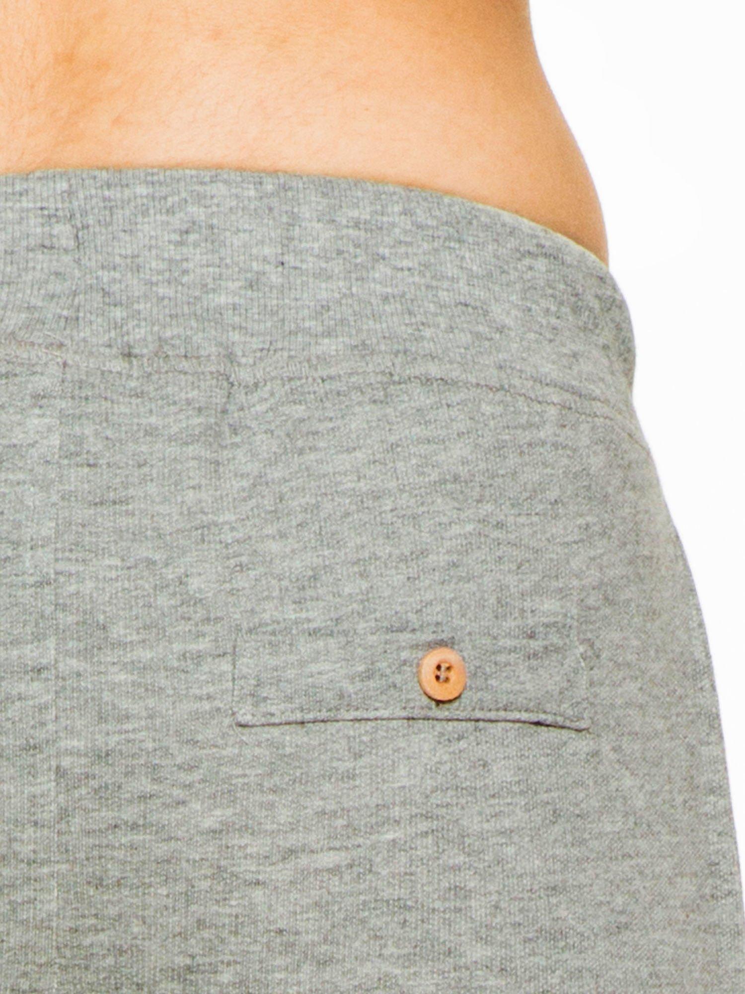 Ciemnoszare spodnie dresowe z guzikami wiązane w pasie                                  zdj.                                  5
