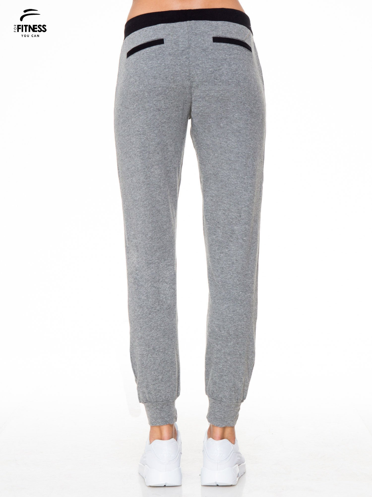 Ciemnoszare spodnie dresowe z kontrastowym pasem i kieszeniami                                  zdj.                                  4