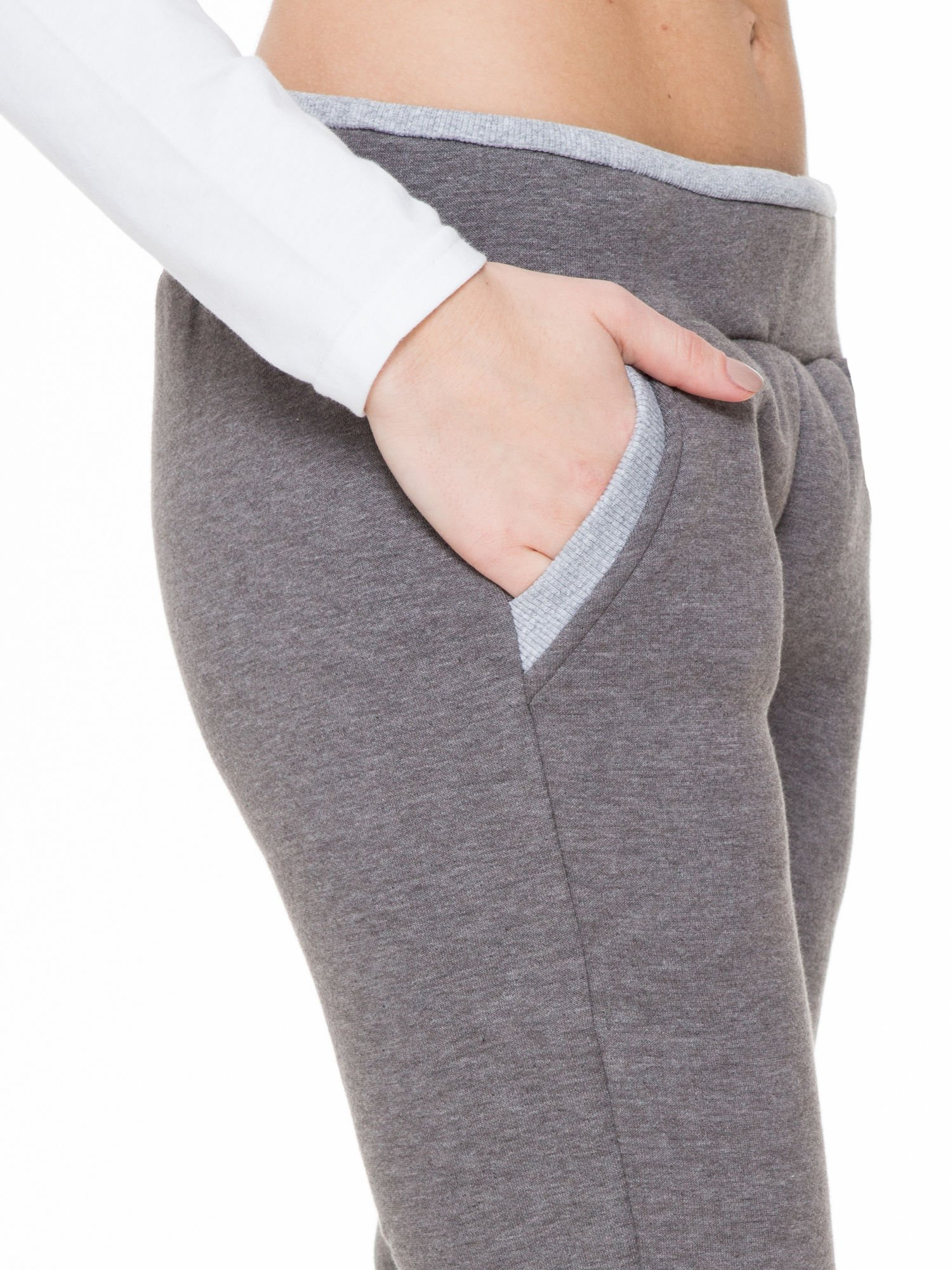 Ciemnoszare spodnie dresowe z kontrastowymi wstawkami                                  zdj.                                  6