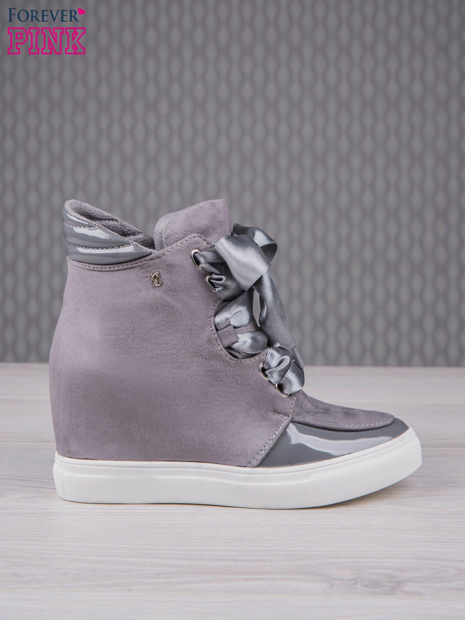 Ciemnoszare zamszowe sneakersy z koturnem i atłasową wstążką Satina                                  zdj.                                  2