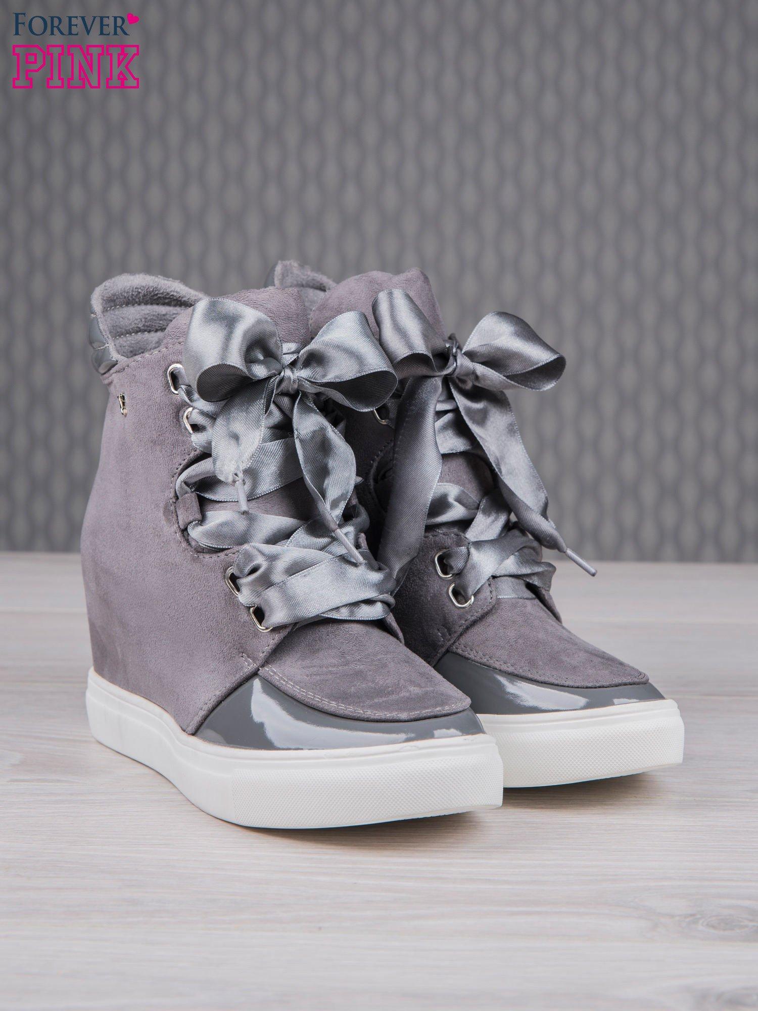 Ciemnoszare zamszowe sneakersy z koturnem i atłasową wstążką Satina                                  zdj.                                  3