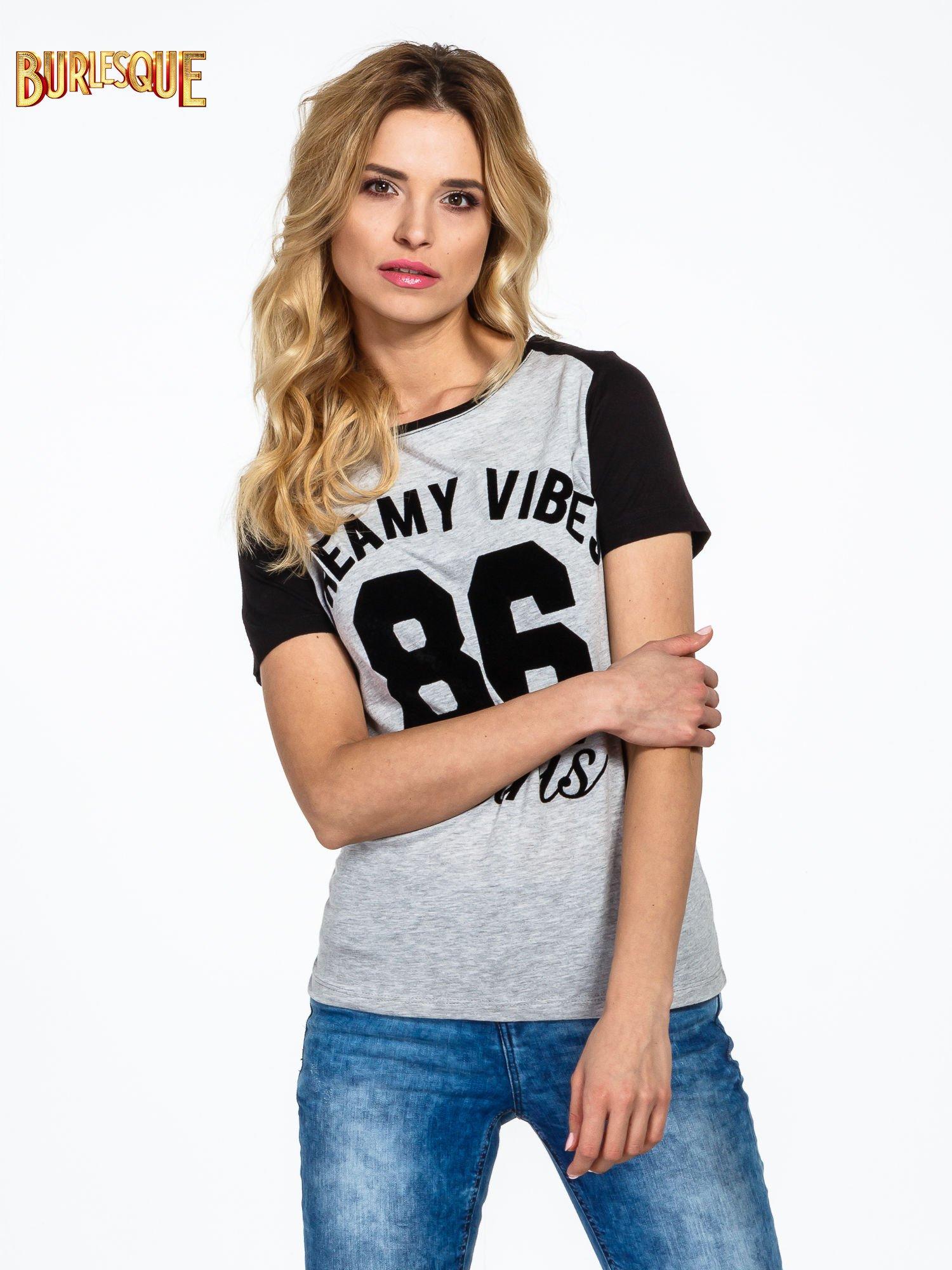 Ciemnoszaro-czarny t-shirt z napisem DREAMY VIBES 86 PARIS                                  zdj.                                  1