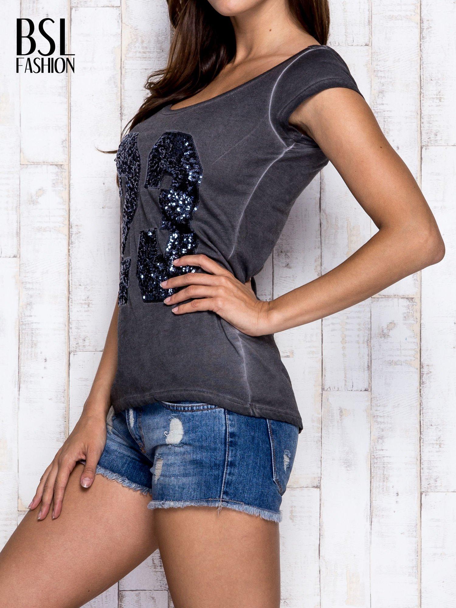 Ciemnoszary dekatyzowany t-shirt z cekinową liczbą 23                                  zdj.                                  4