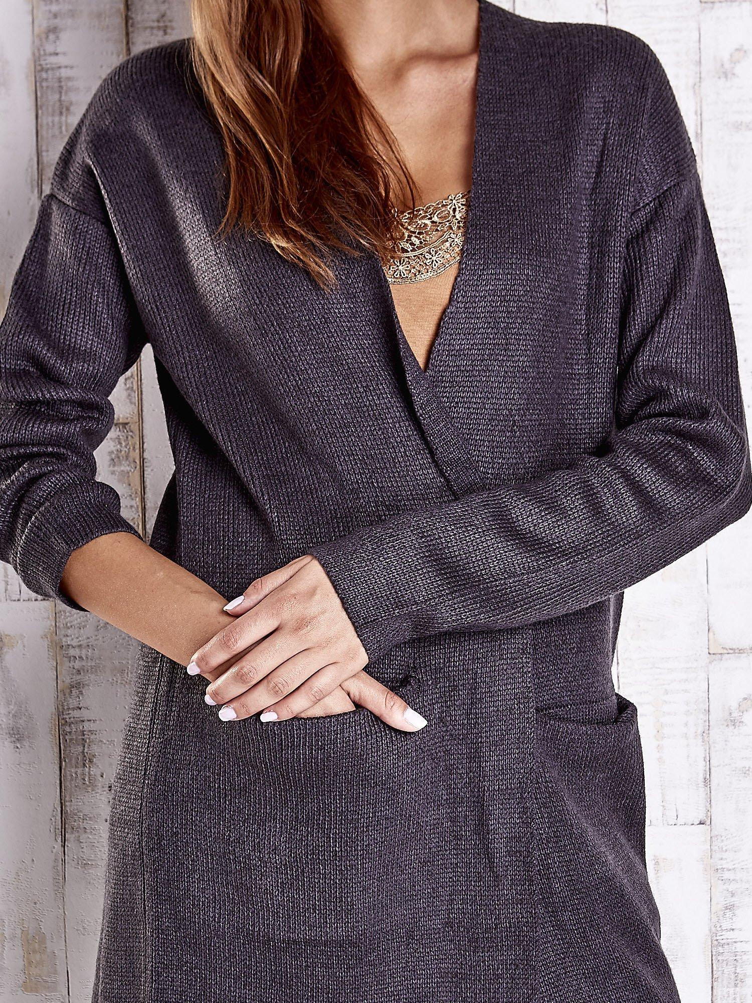 Ciemnoszary otwarty sweter z kieszeniami z przodu                                  zdj.                                  5